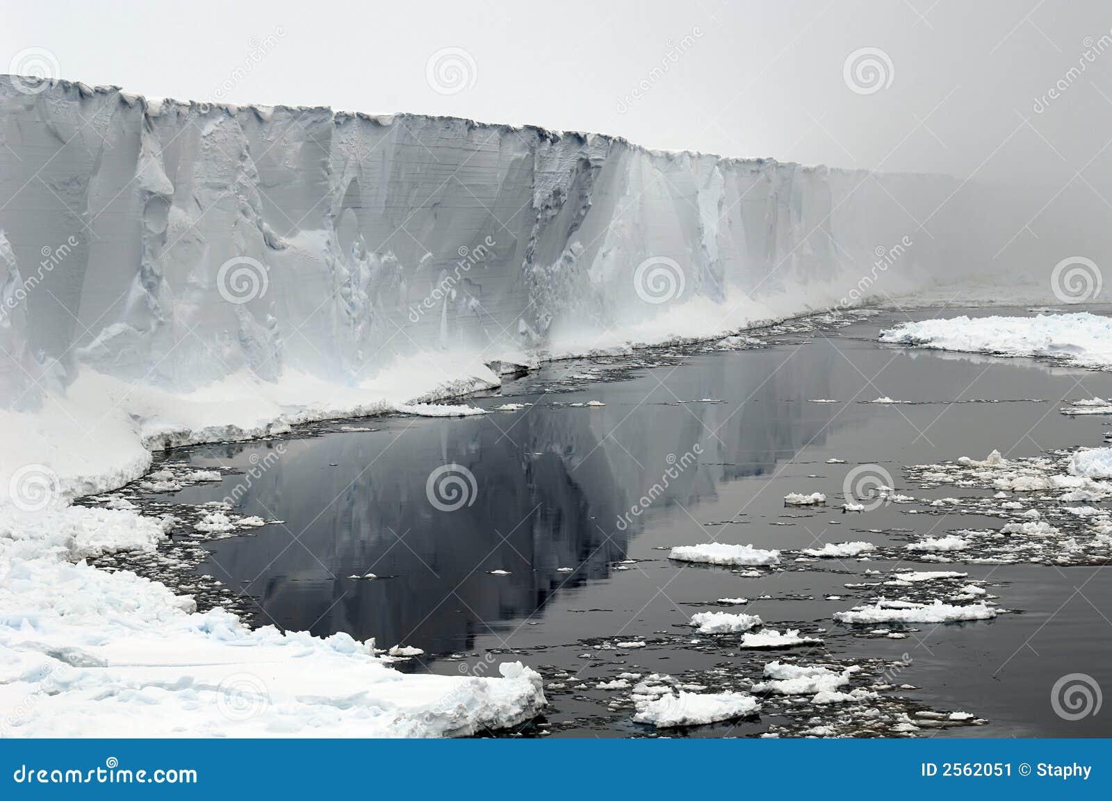 Estante de hielo antártico en nieblas