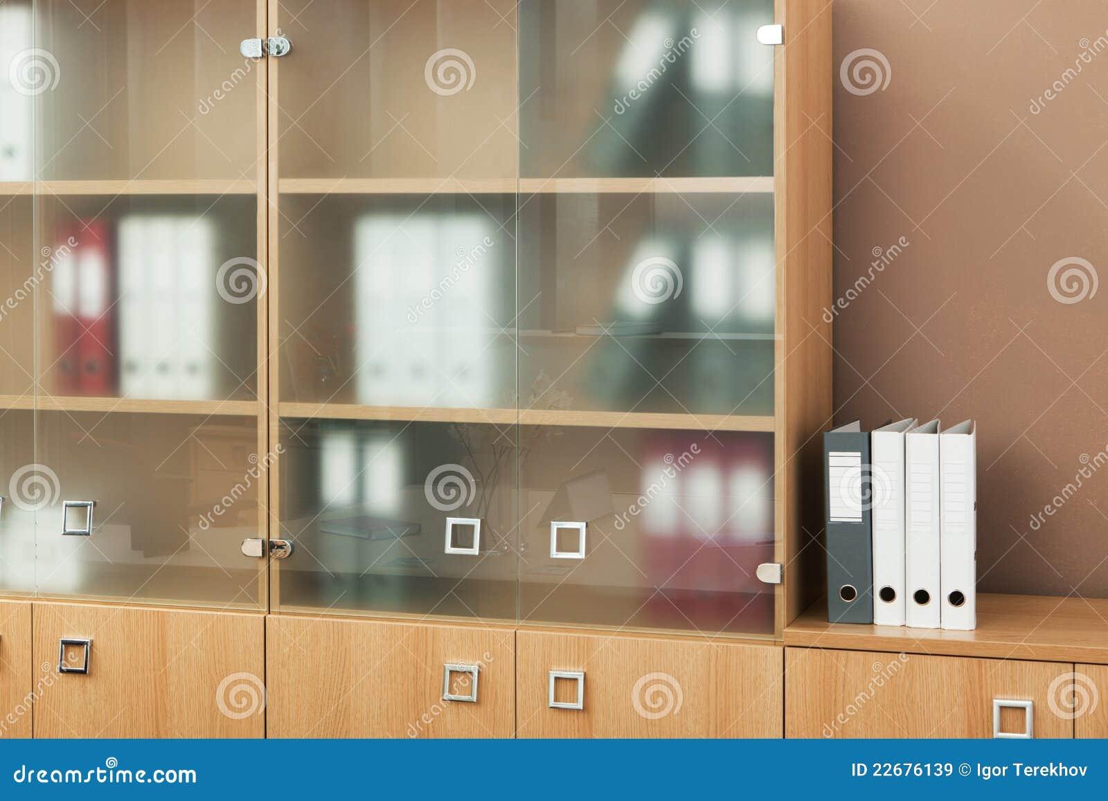 Estante para libros con las puertas de cristal imagen de - Librerias de pared ...