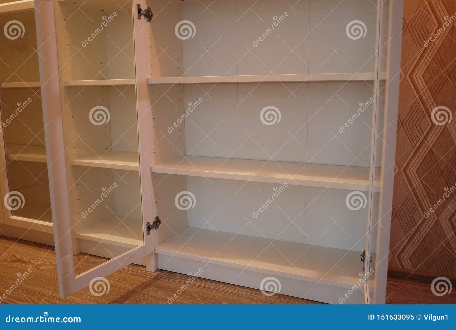 Estante para libros dentro del apartamento