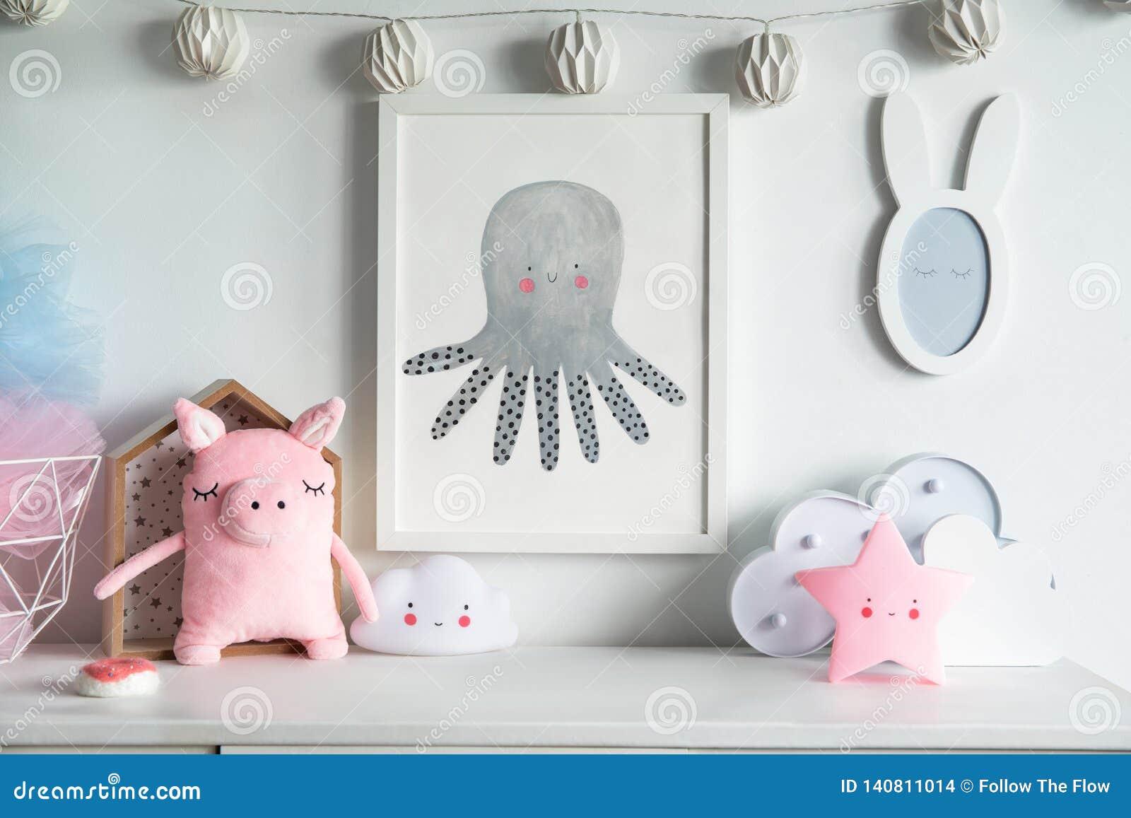 Estante recién nacido escandinavo elegante del bebé con mofa encima del marco de la foto, de la caja, del oso de peluche y de los