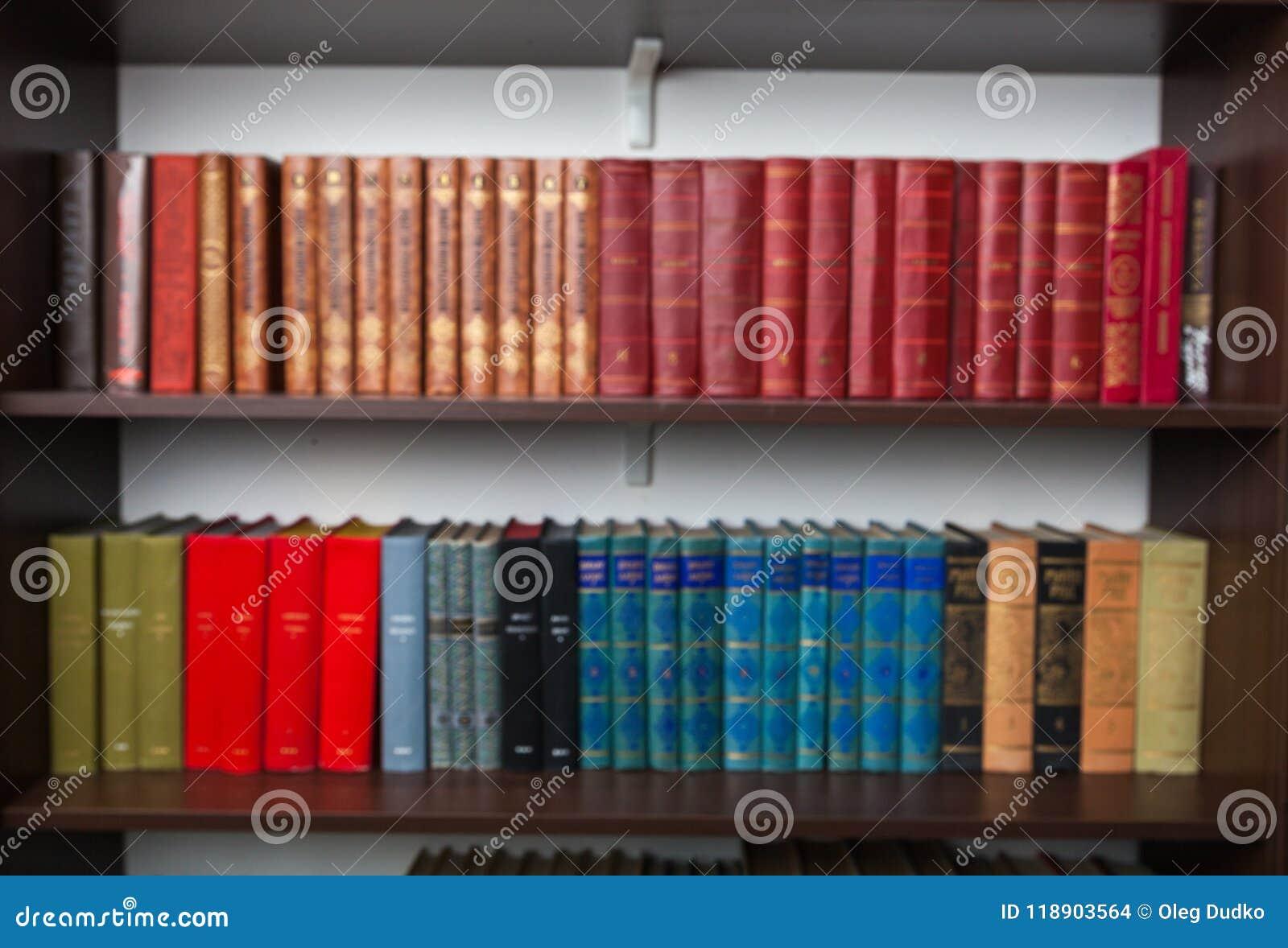 Estantes con los libros viejos en casa