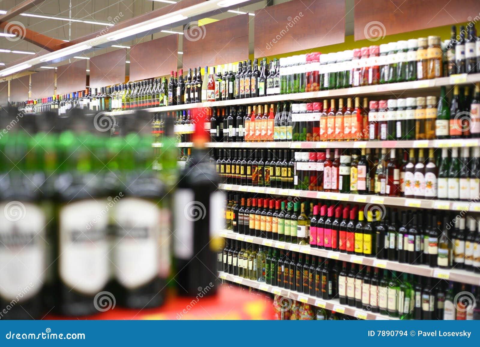 Estantes con los vinos en departamento imagenes de archivo for Estantes para vinos