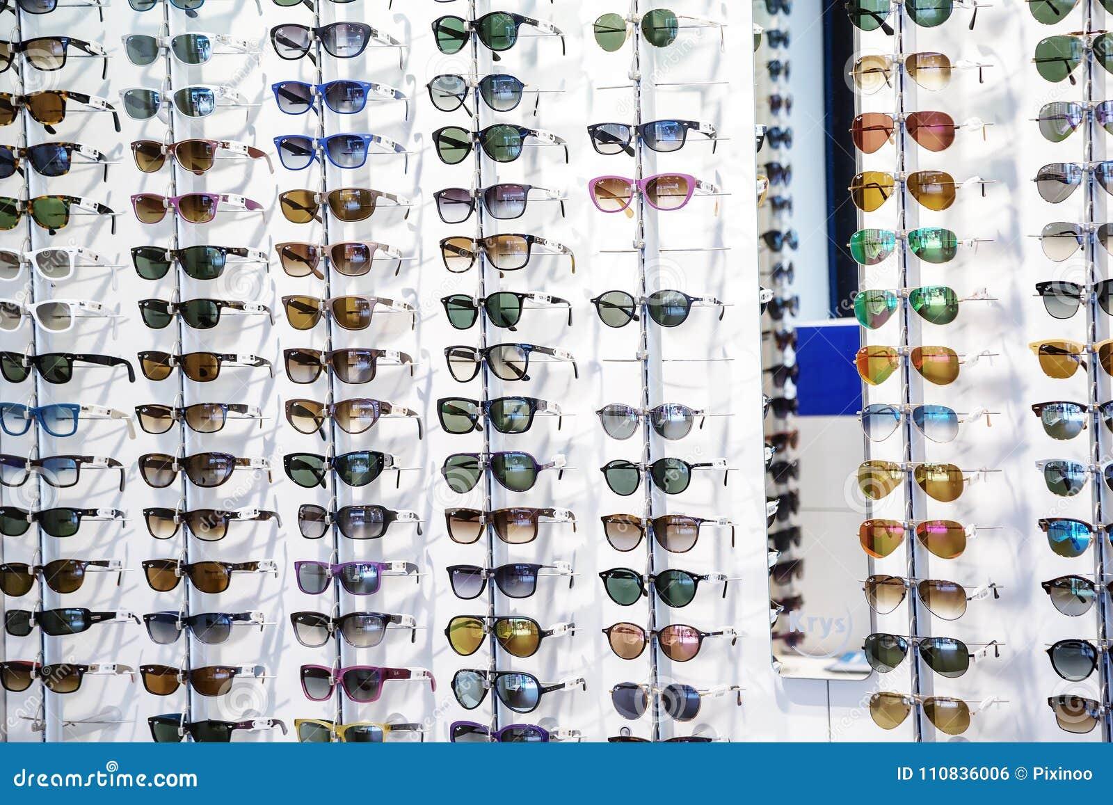 c0c64db84fe35 Estantes De Gafas De Sol En La Exhibición En Una Tienda De Las Gafas ...