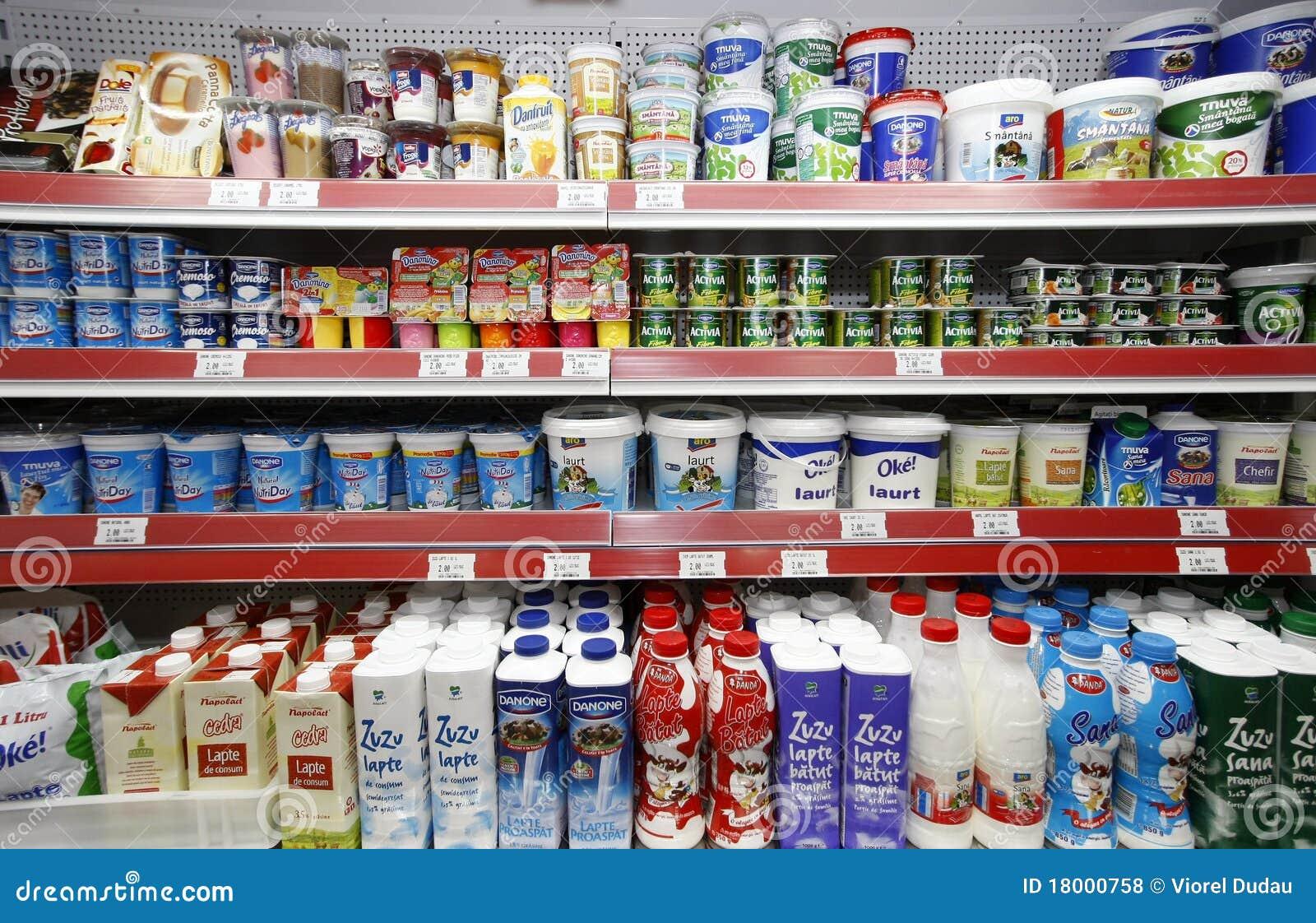 Estantes de los productos lácteos de las compras del supermercado