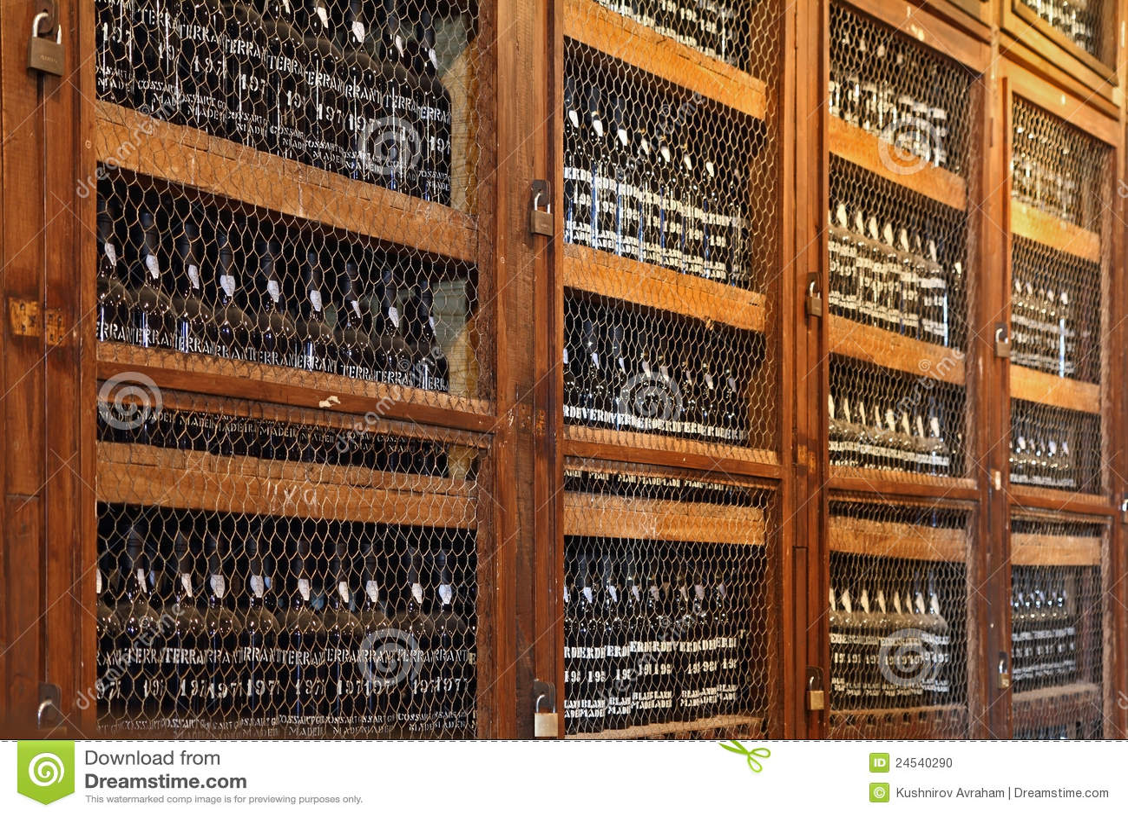 Estantes De Madera Con Las Botellas De Vino Imagen editorial ...