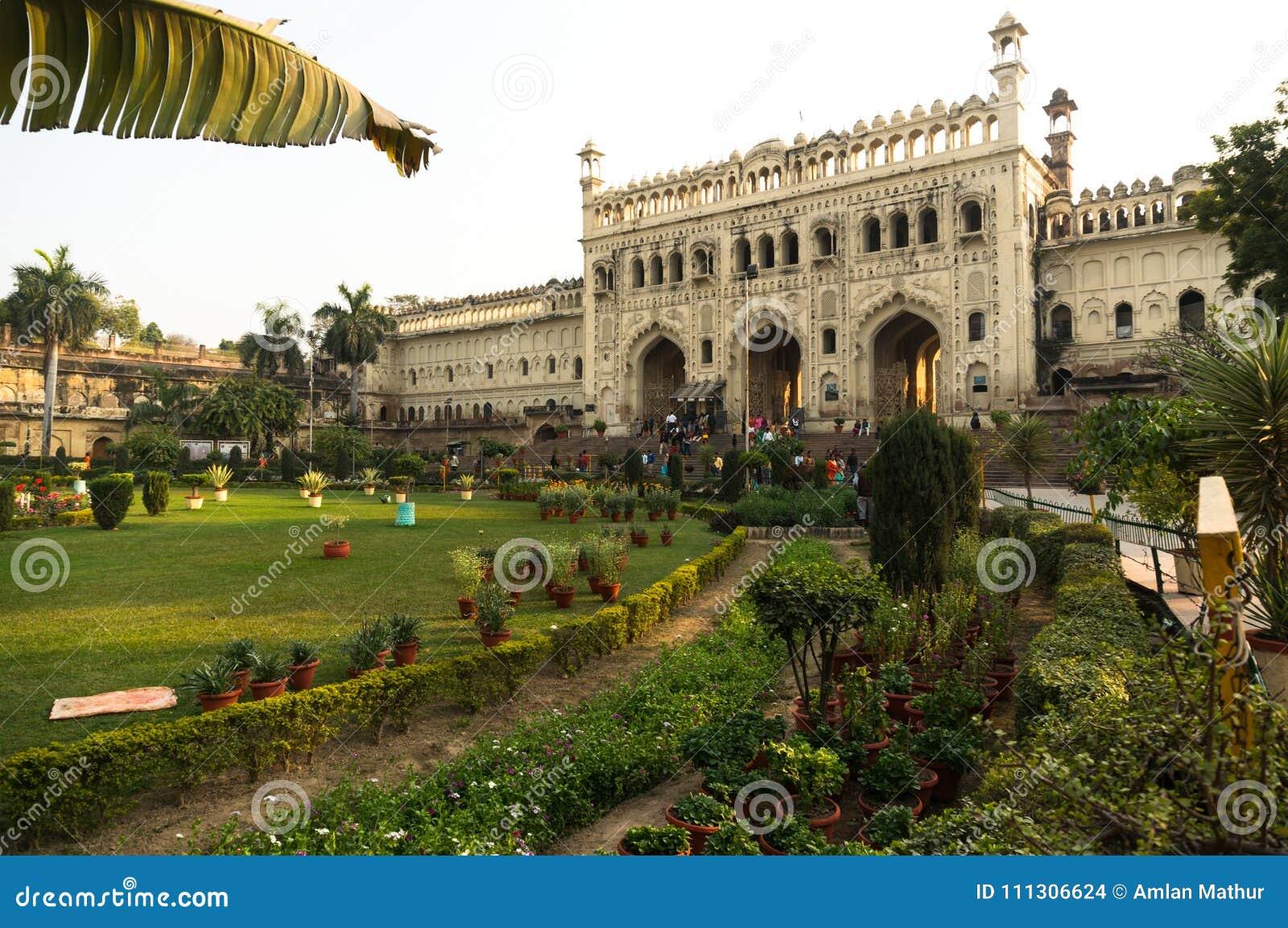 Estasi il portone ed i giardini a Bara Imambara lucknow India