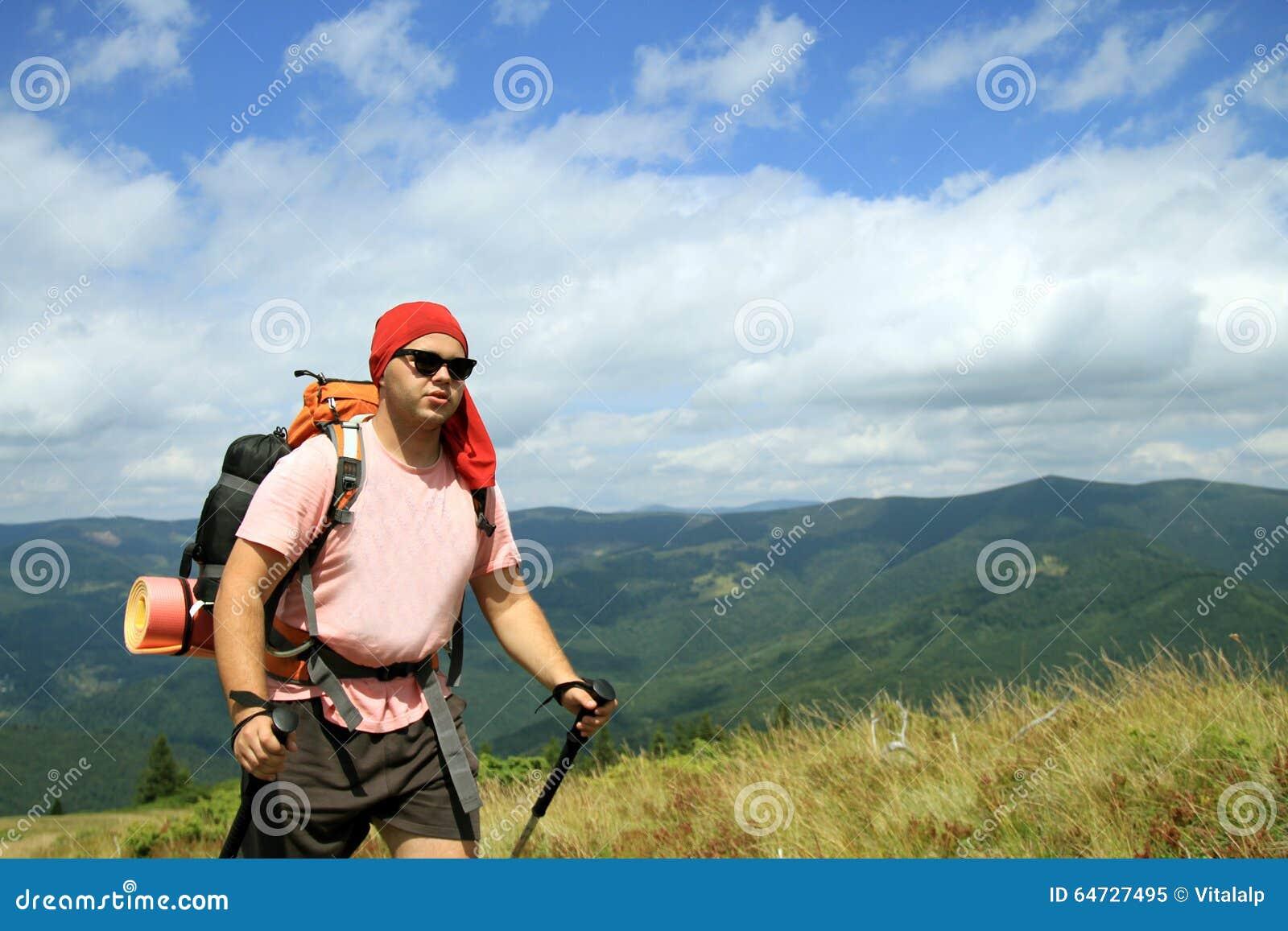 Estate che fa un escursione nelle montagne