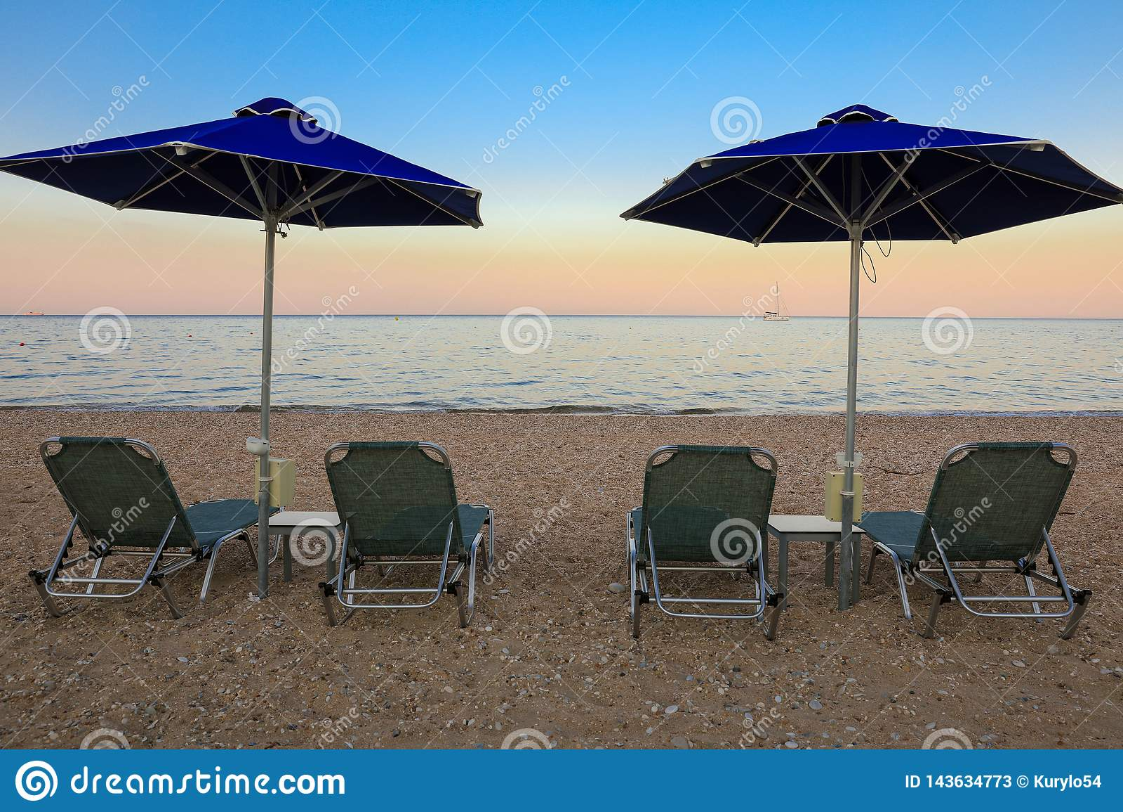 Estate che uguaglia gli ombrelli ed i lettini sulla bella spiaggia di Skala dell isola di Kefalonia, mare ionico, Grecia