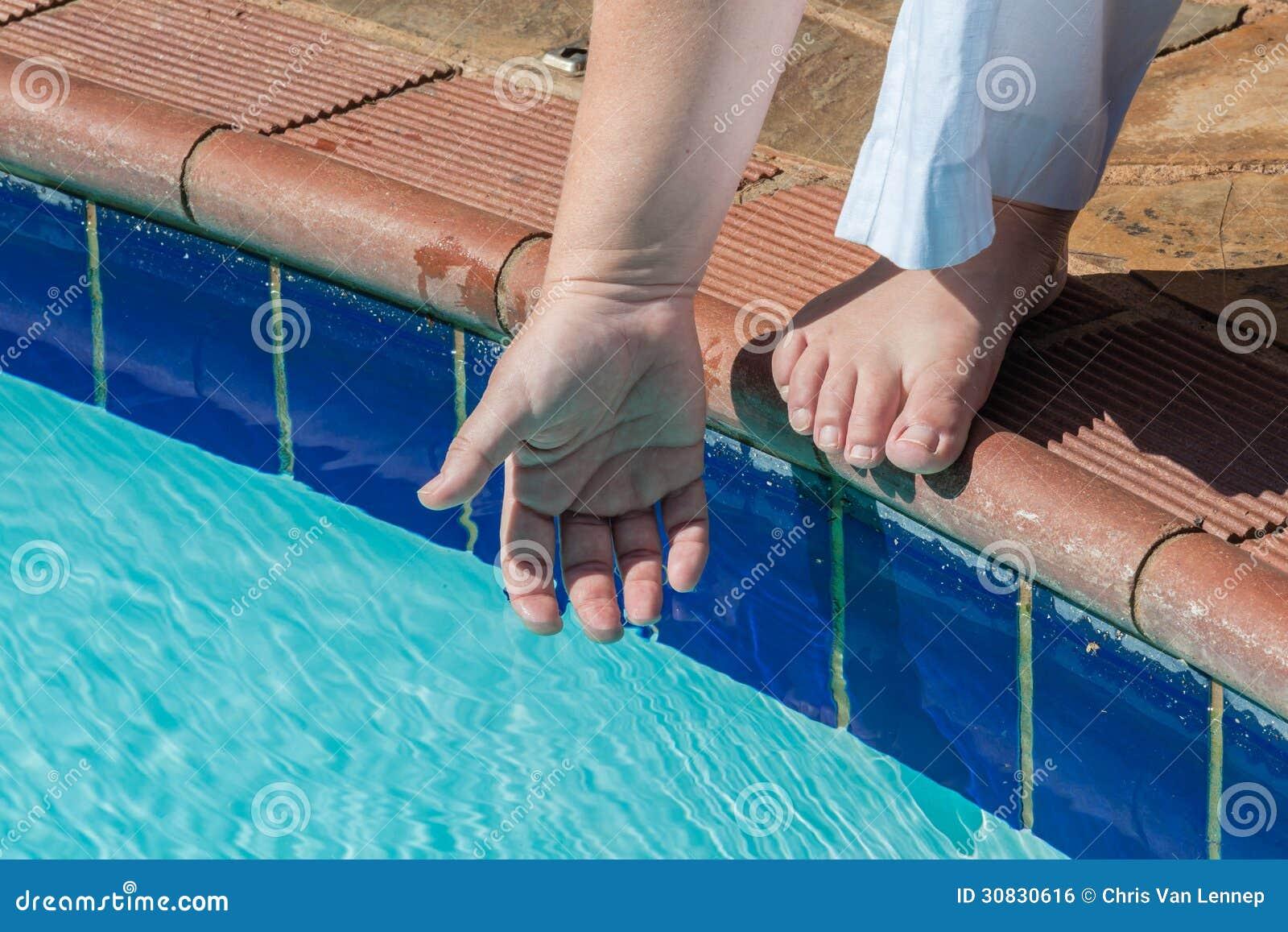 Estate della mano della prova di acqua dello stagno