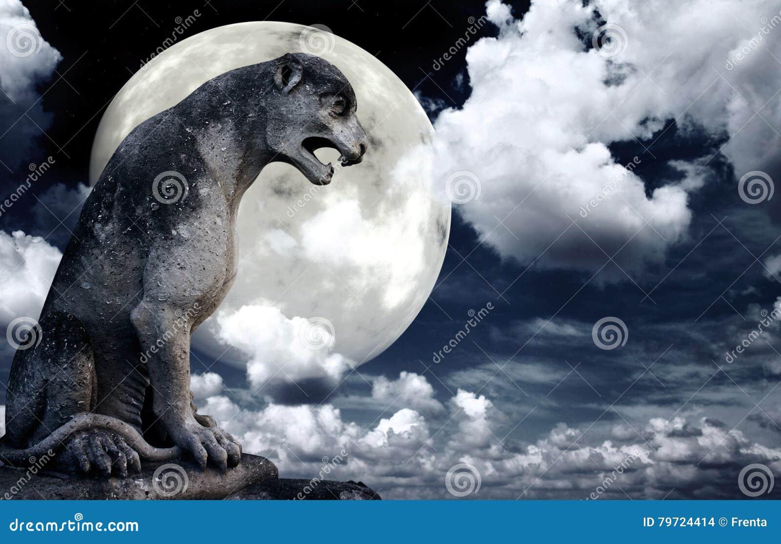 Estatua antigua del león y luna brillante en el cielo nocturno
