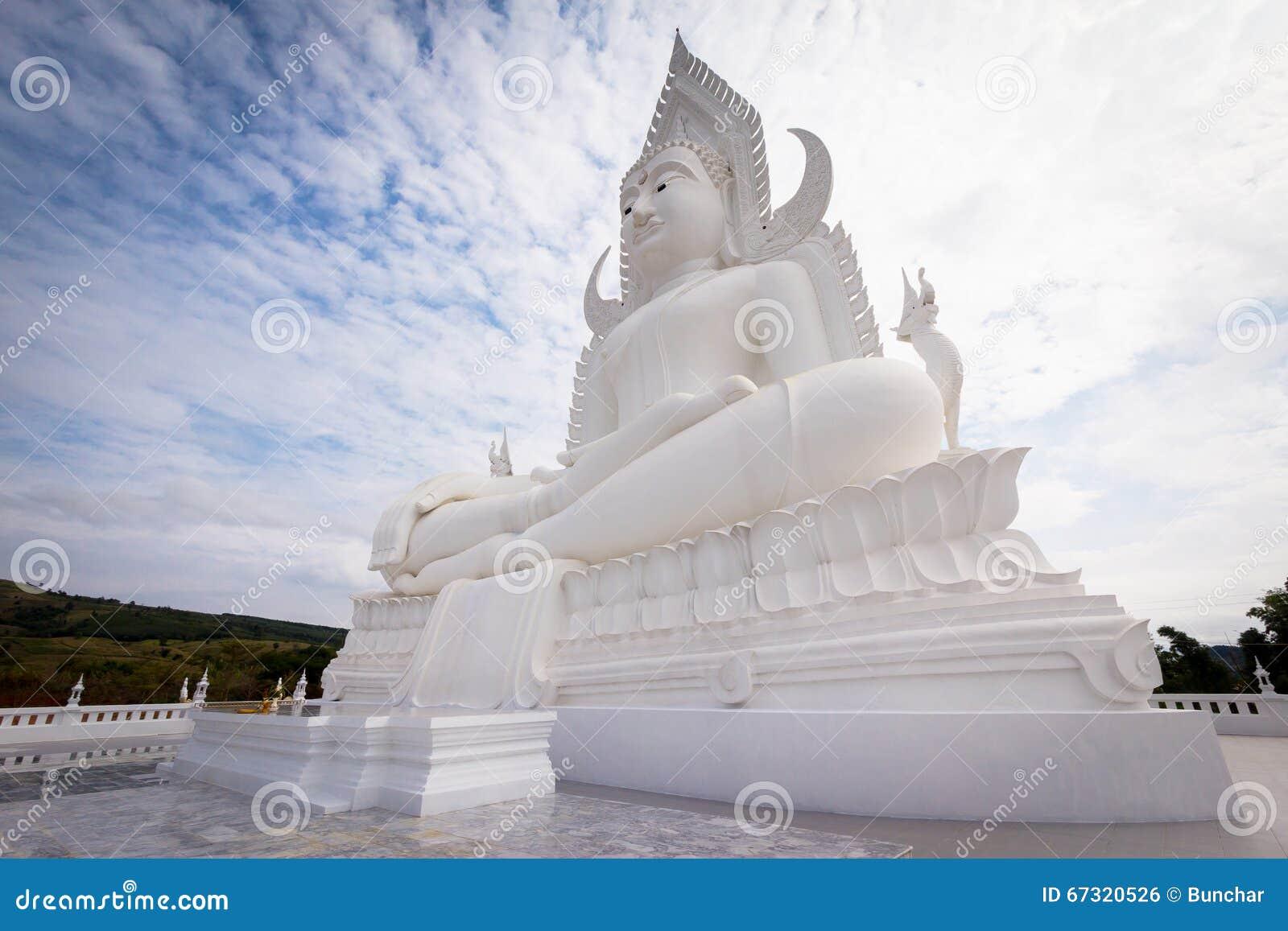 Estatua blanca grande de Buda
