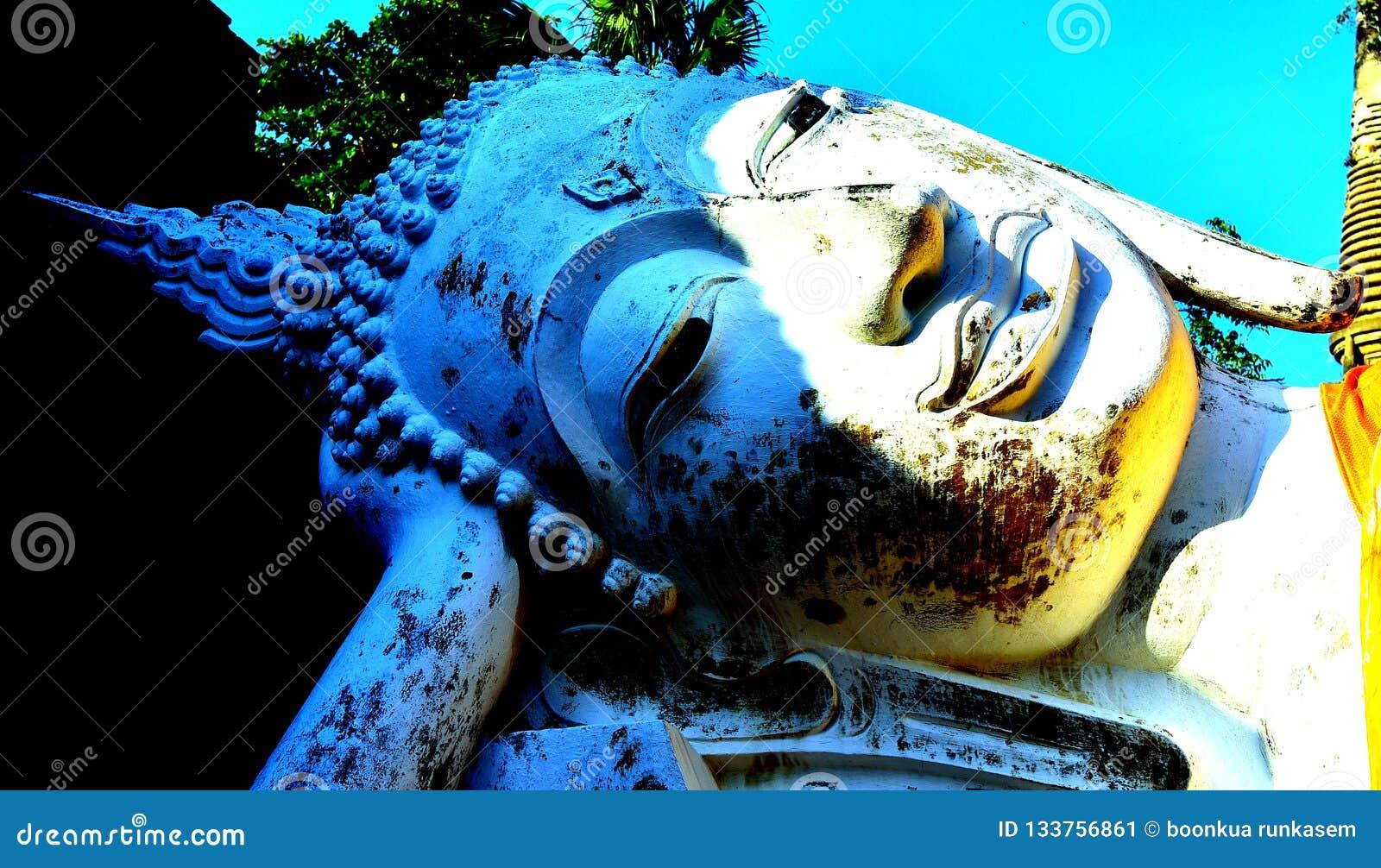 Estatua colorida de Buda