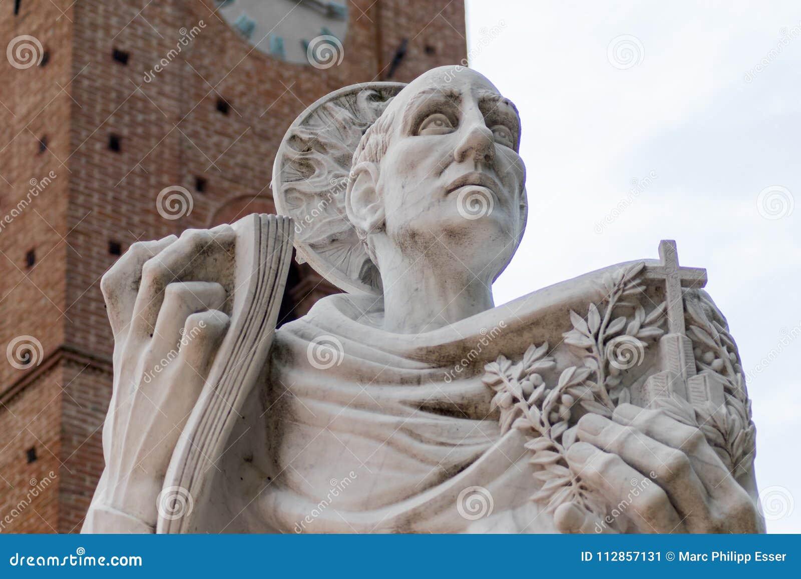 Estatua de Bernardo Tolomei del santo en el territoriale Románico de Abbazia