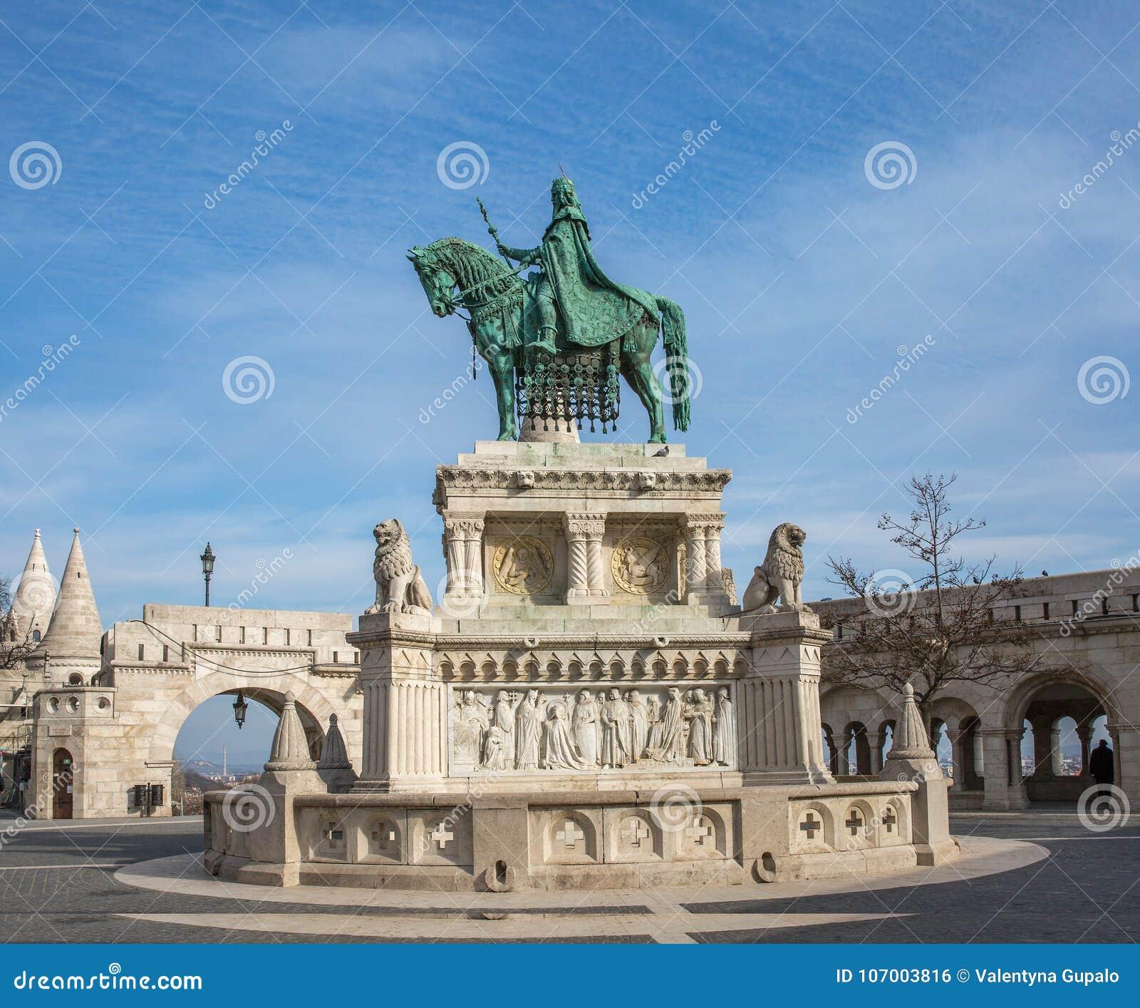 Estatua de bronce de St Stephen cerca del bastión de Fishermans, Budapest, Hungría Estatua ecuestre de rey Stephen