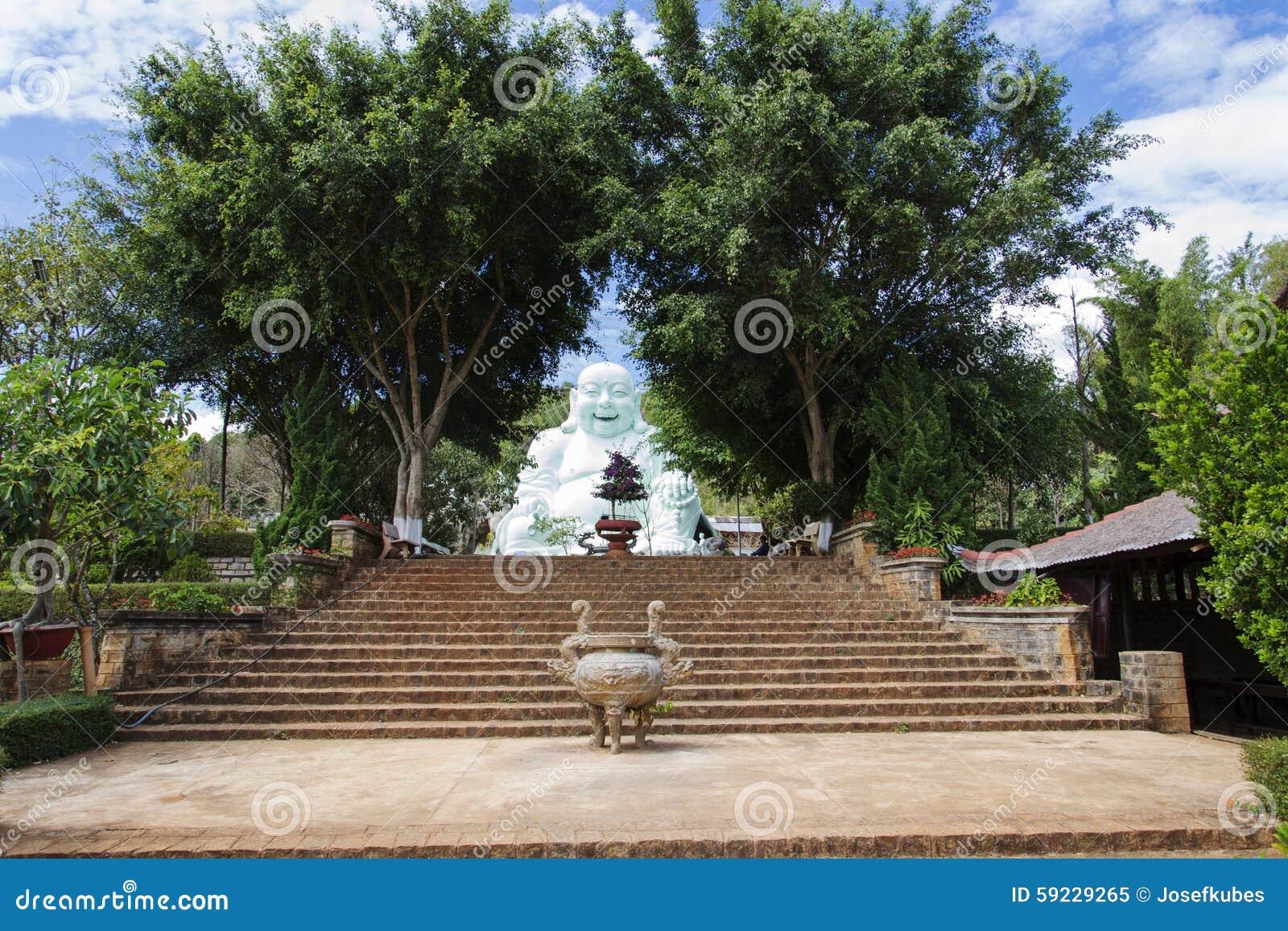 Estatua de Buda que se sienta y sonriente