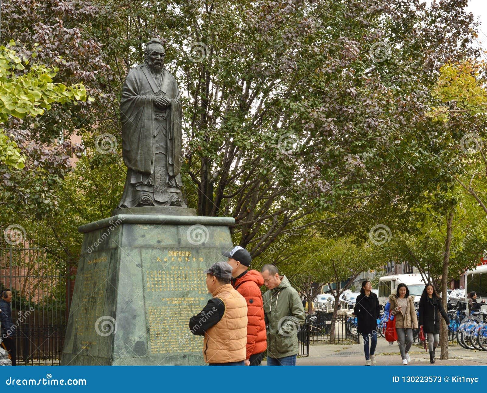 Estatua de Chinatown de la plaza de Confucio en las calles frondosas del Lower East Side NYC Manhattan New York City de la calle