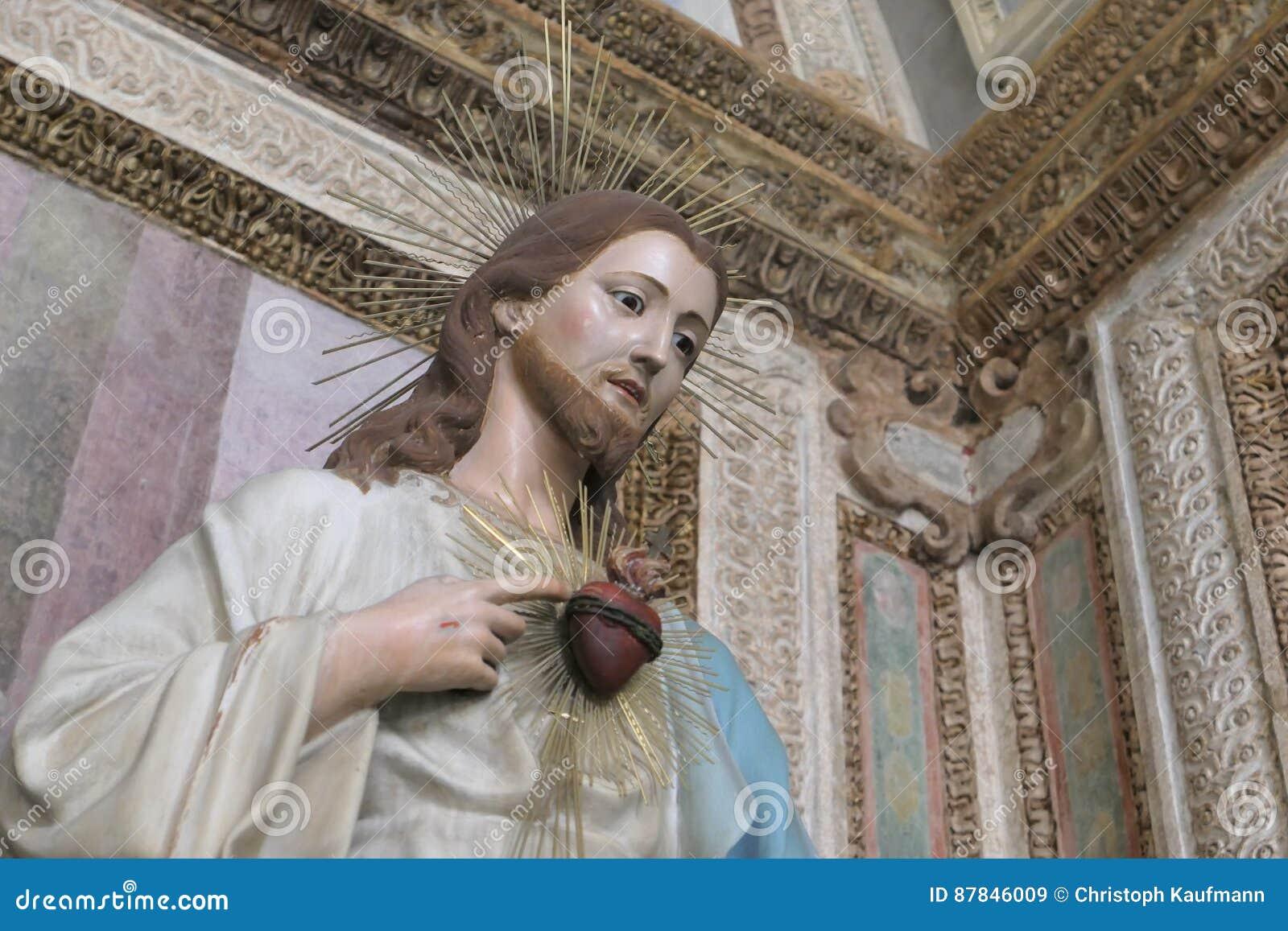 Estatua de Cristo con un corazón sagrado