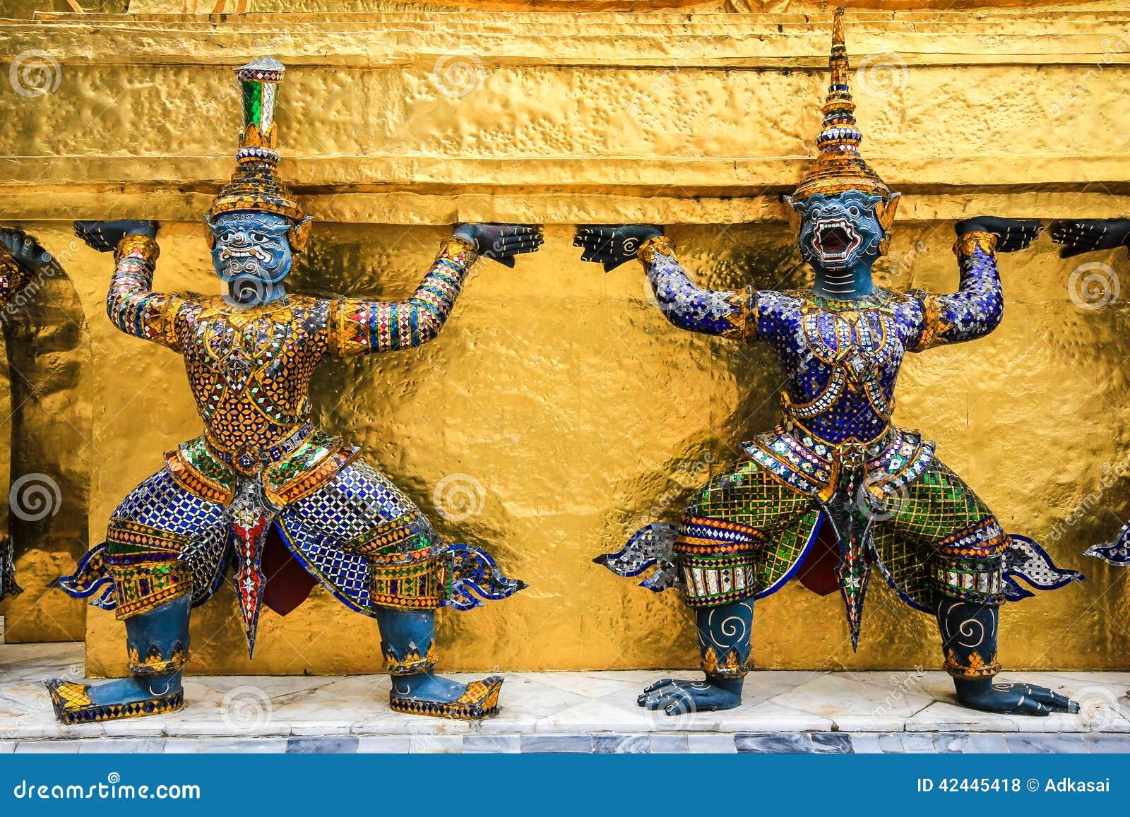 Estatua de dos gigantes en el templo Bangkok Tailandia