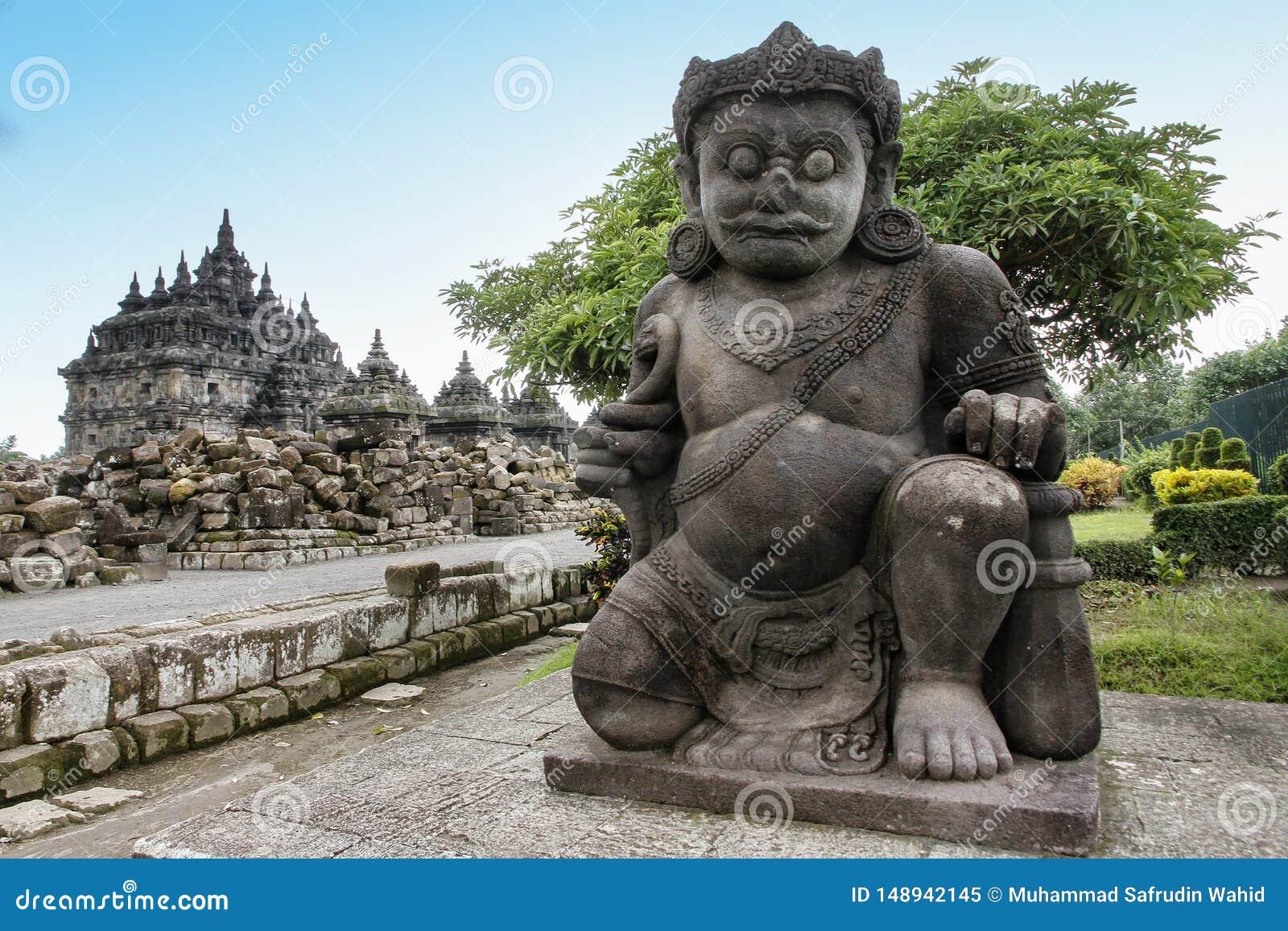 Estatua de Dvarapala o de Dwarapala en el templo de Plaosan, Klaten, Java central, Indonesia