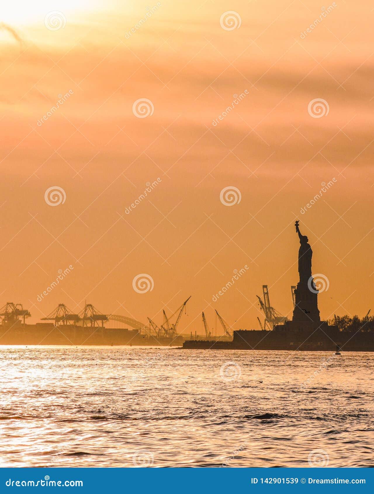 Estatua de la libertad en la puesta del sol