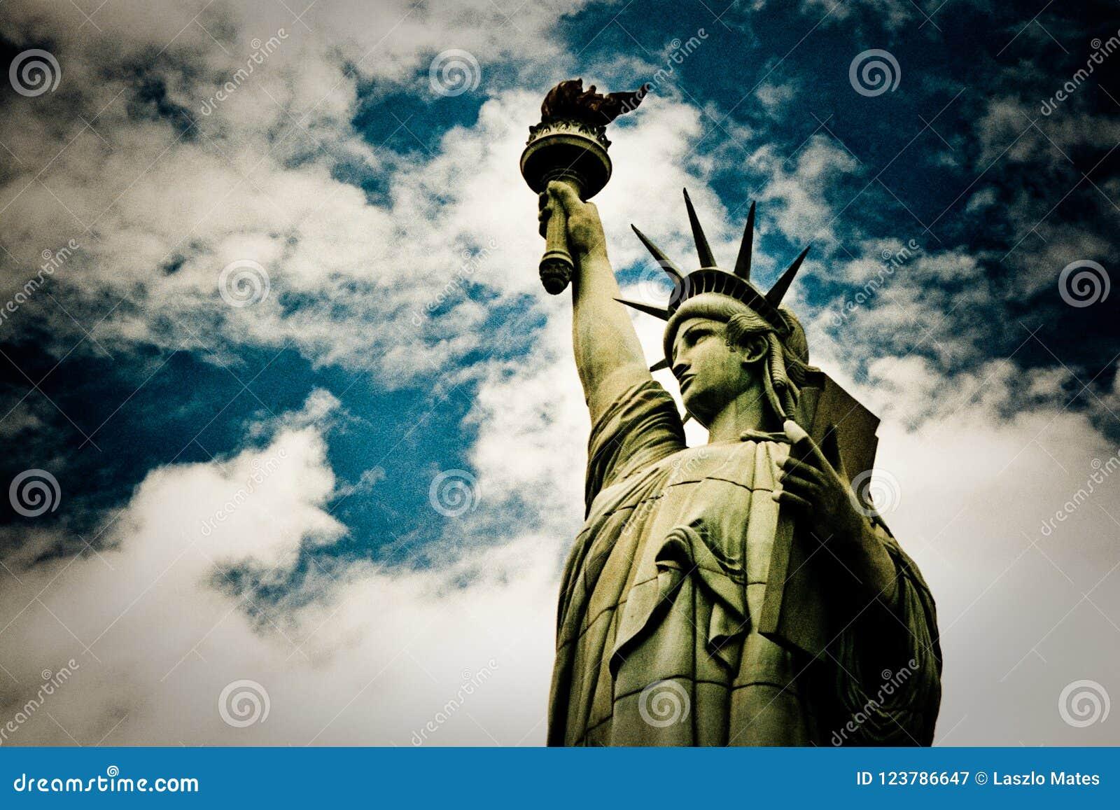 Estatua de la libertad falsa en el top de un casino en Las Vegas, los E.E.U.U.