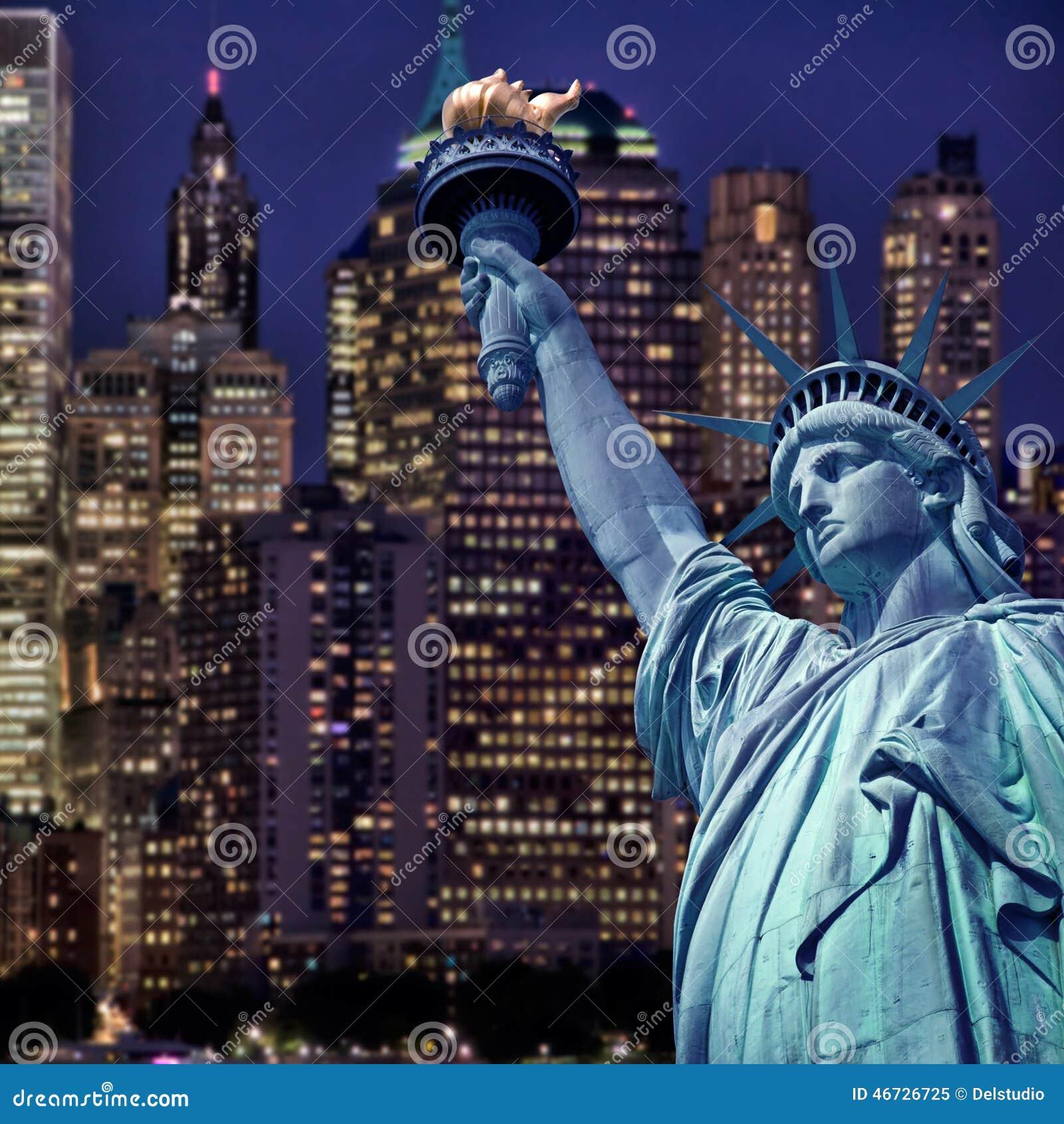 Estatua de la libertad por la noche horizonte de nueva for Foto new york notte