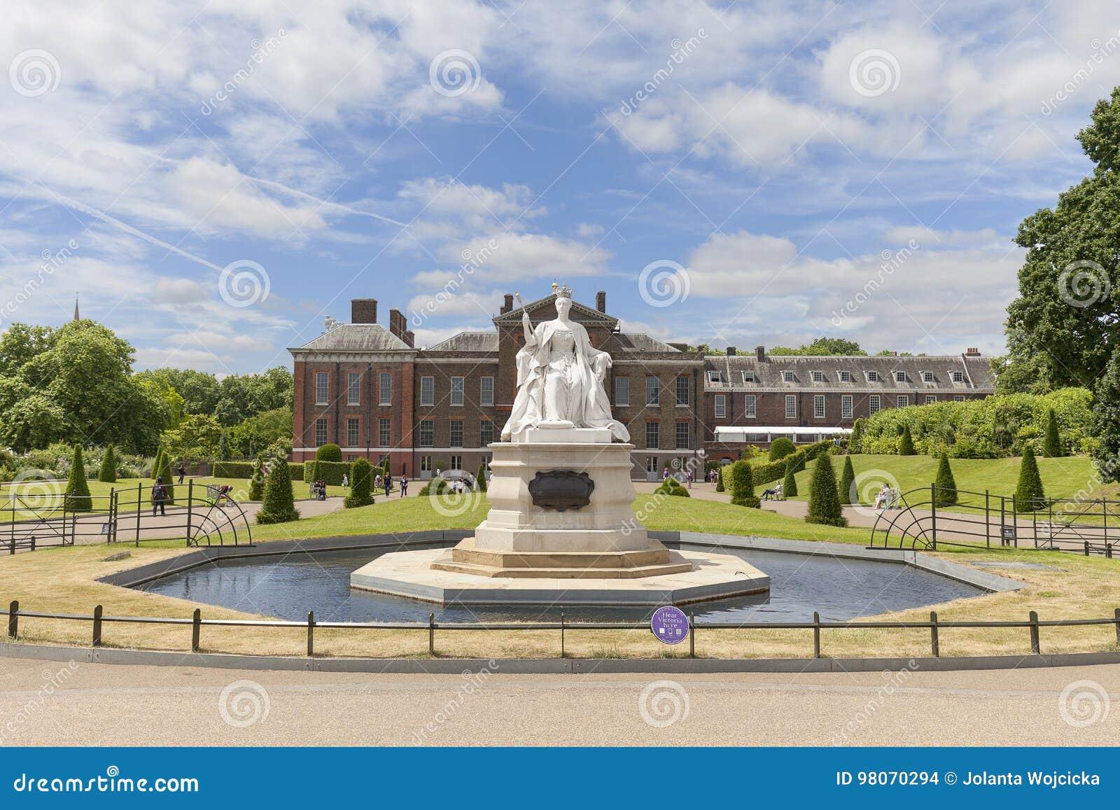 Estatua de la reina victoria y del palacio en los jardines for Jardines de kensington
