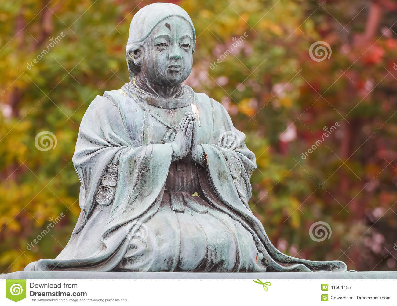 Estatua de la sacerdotisa en el templo de Zojoji