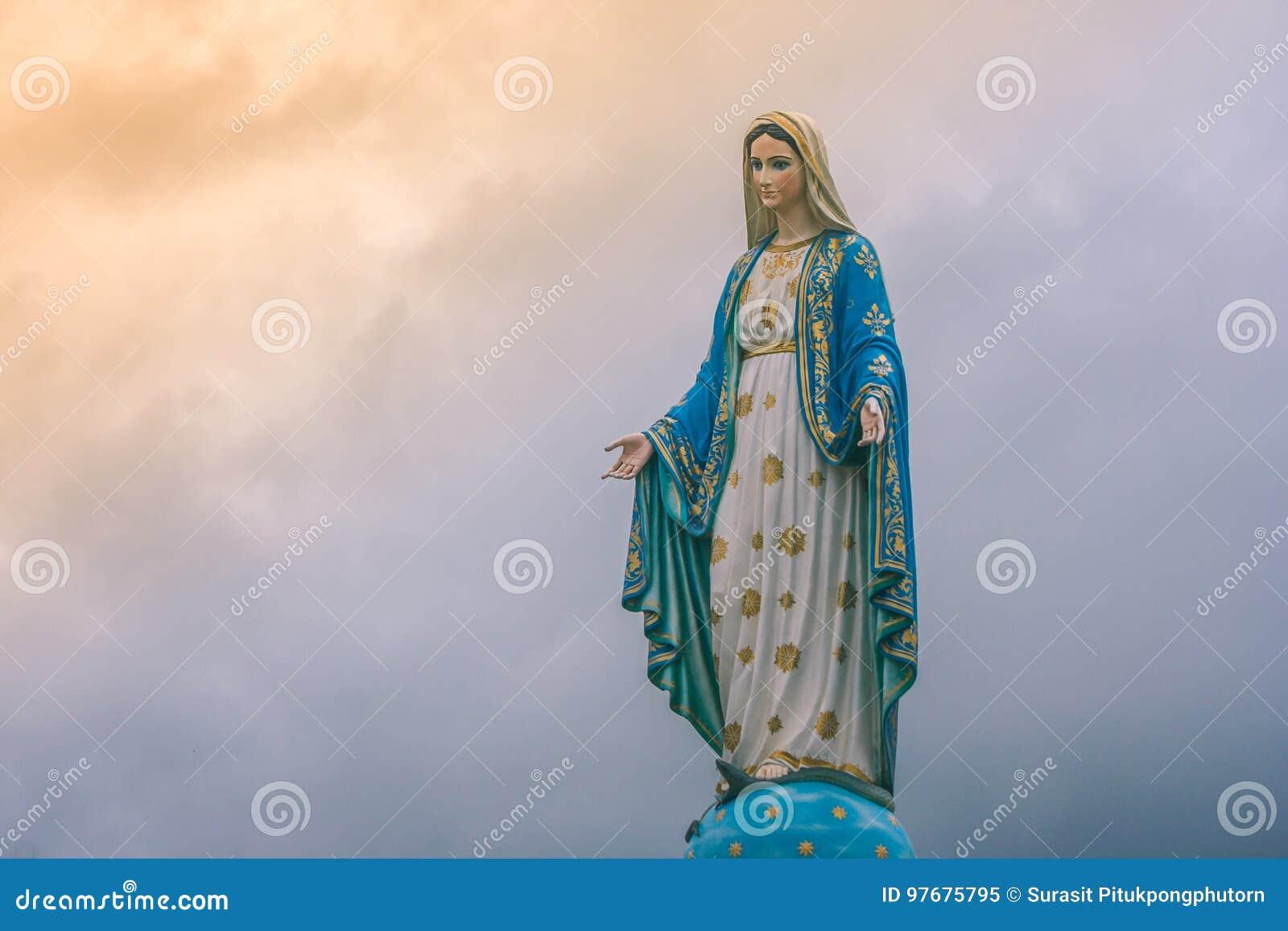 Estatua De La Virgen María En La Iglesia Católica Con
