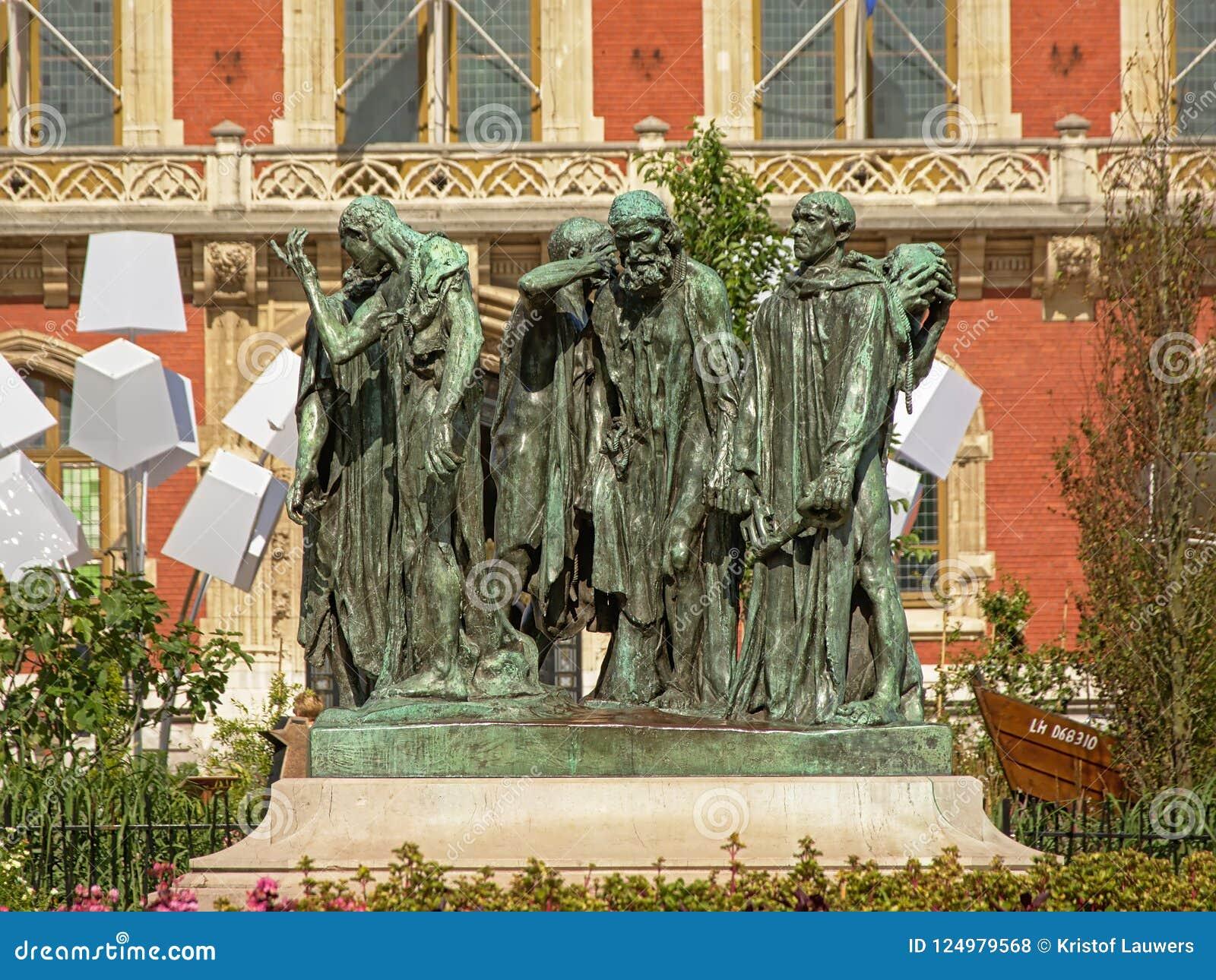 Estatua de los ciudadanos de Calais delante del ayuntamiento