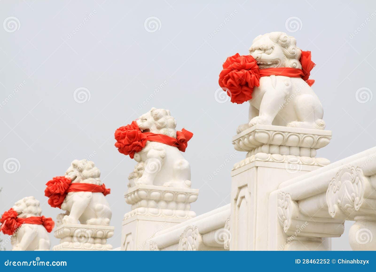 Estatua de m rmol blanca de los leones de piedra for Piedra marmol blanca