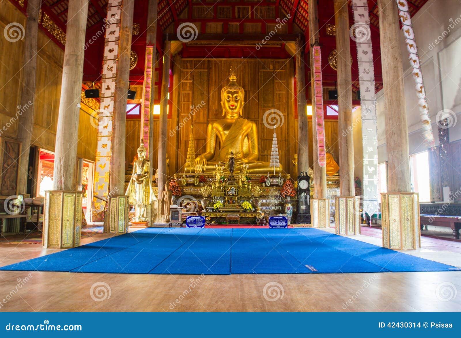 Estatua de oro de Buda en iglesia