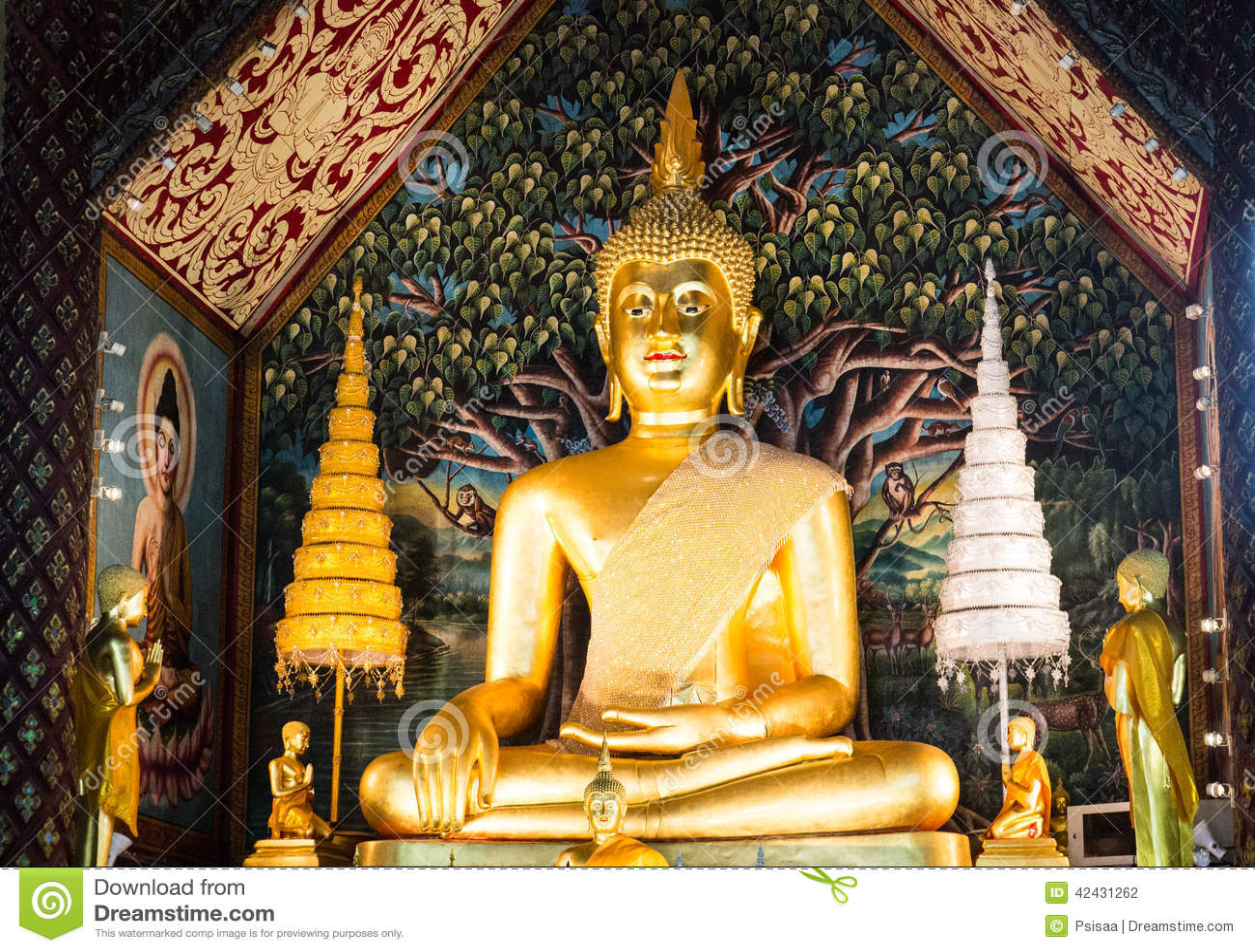 Estatua de oro de Buda en monasterio del templo