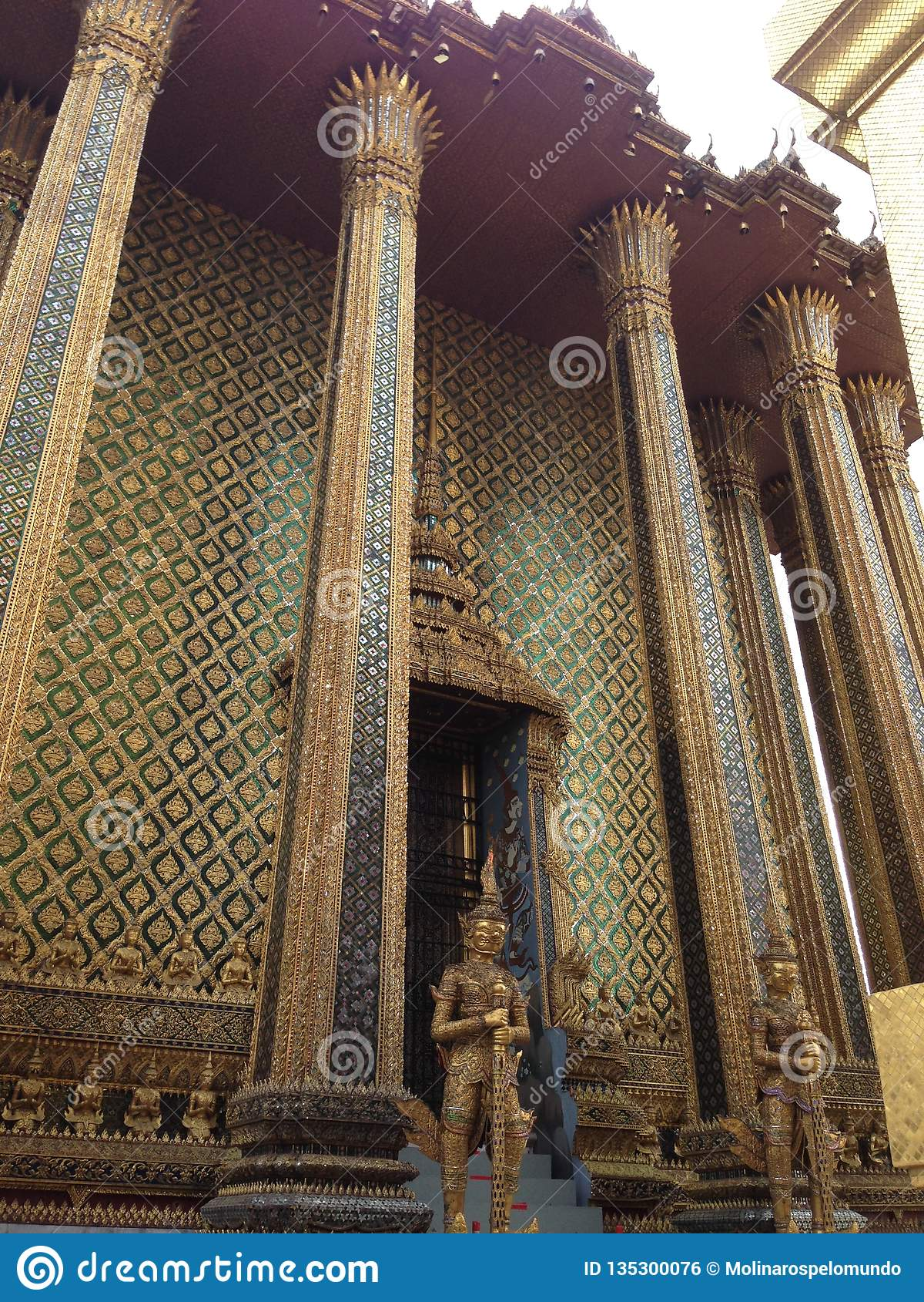 Estatua de oro en Wat Phra Kaew en Bangkok
