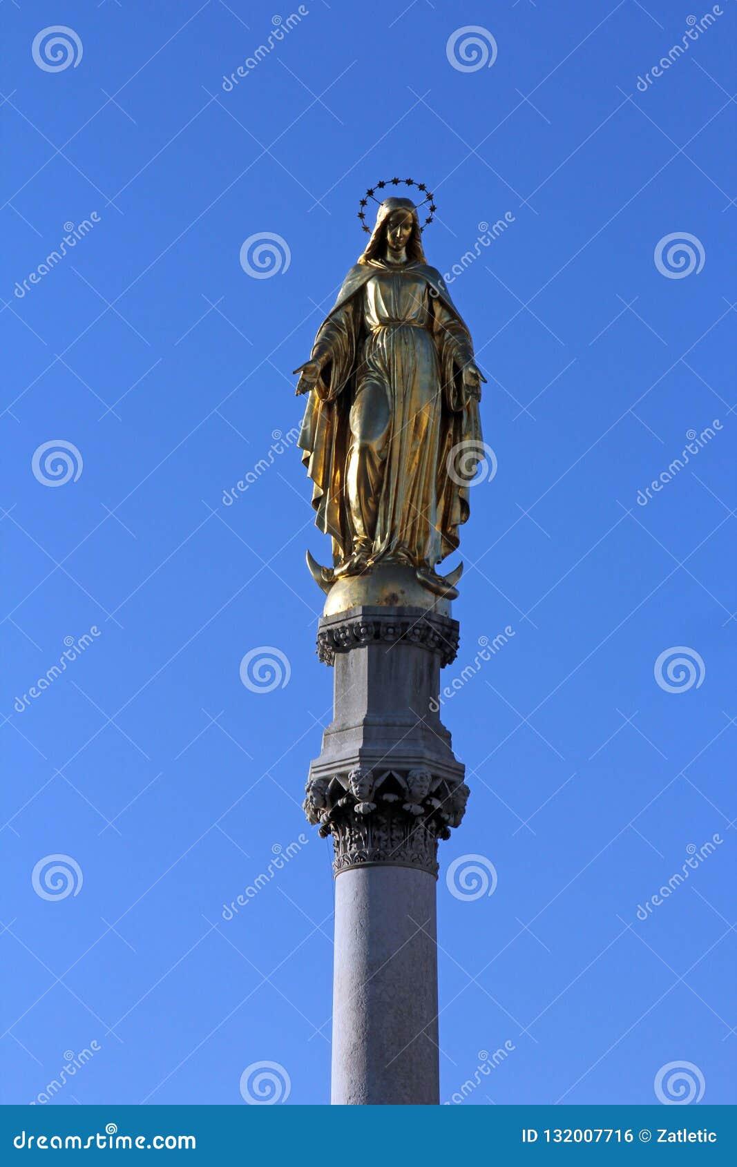Estatua de oro de la Virgen María, catedral de Zagreb