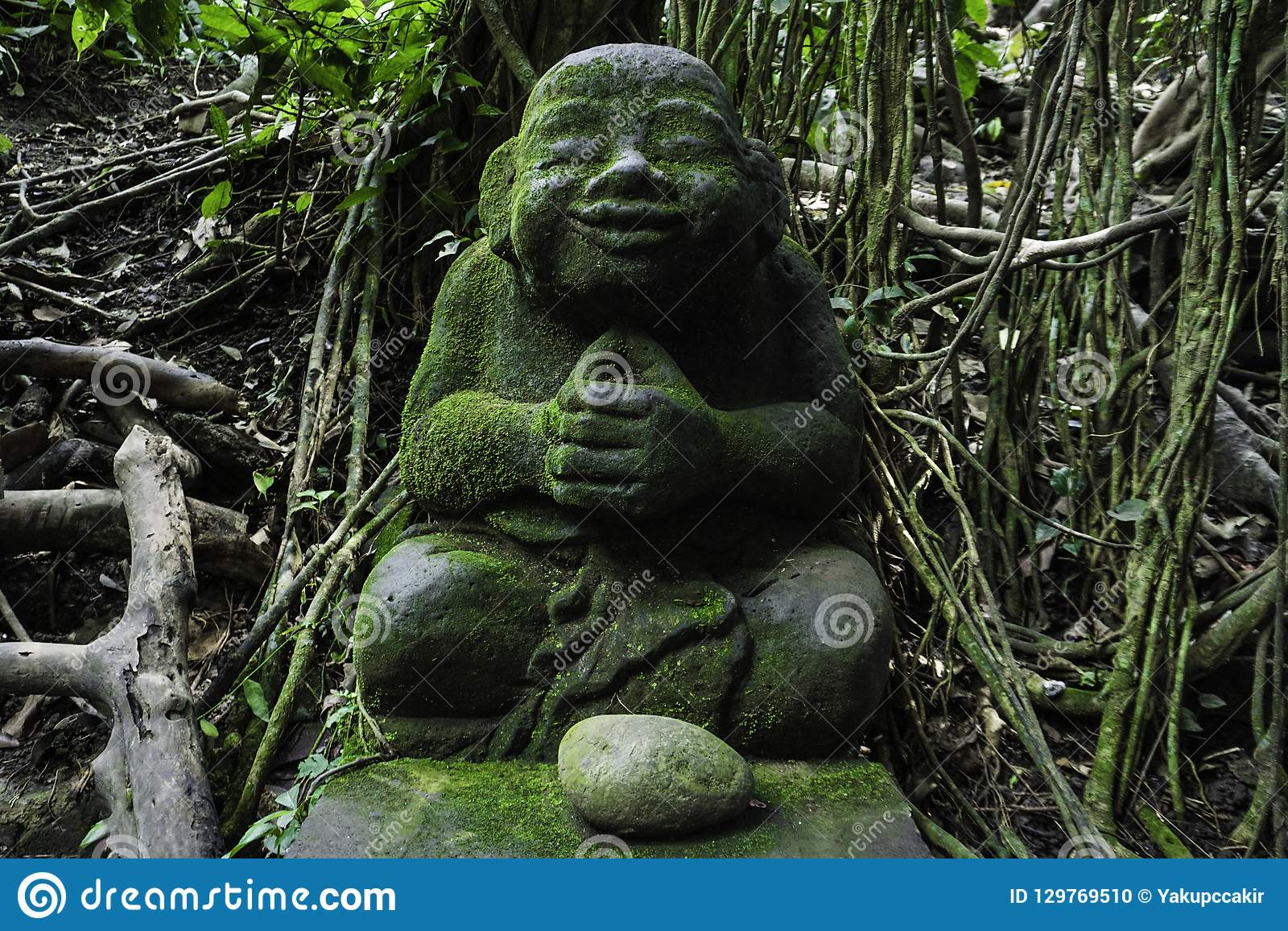Estatua de refrigeración en verde, bosque de Buda del mono de Bali