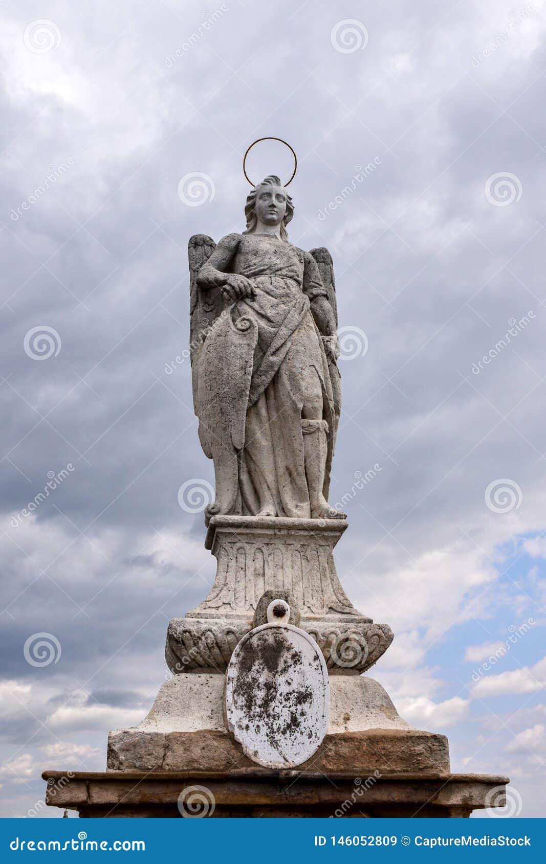 Estatua de San Rafael Archangel en el puente romano