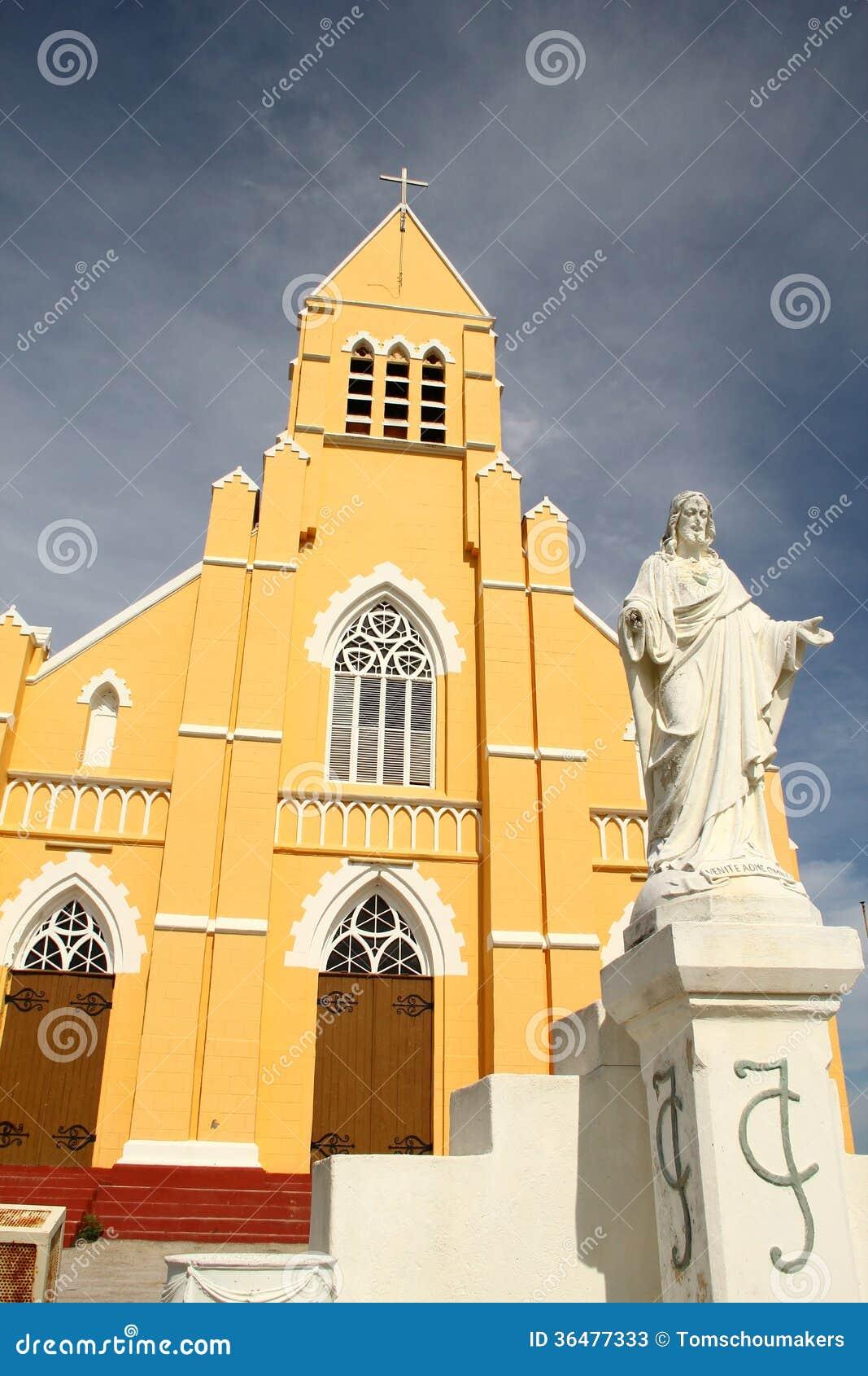Estatua del Jesucristo delante de la iglesia