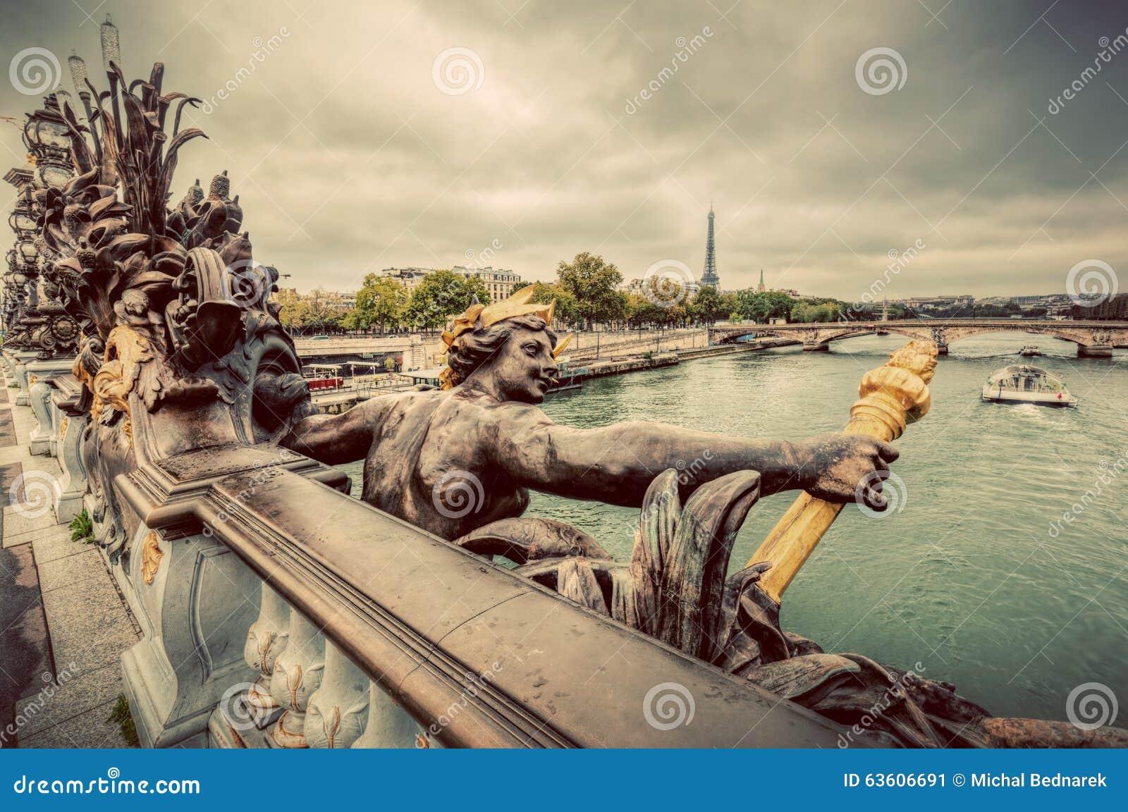 Estatua en el puente de Pont Alejandro III en París, Francia Río Sena y torre Eiffel