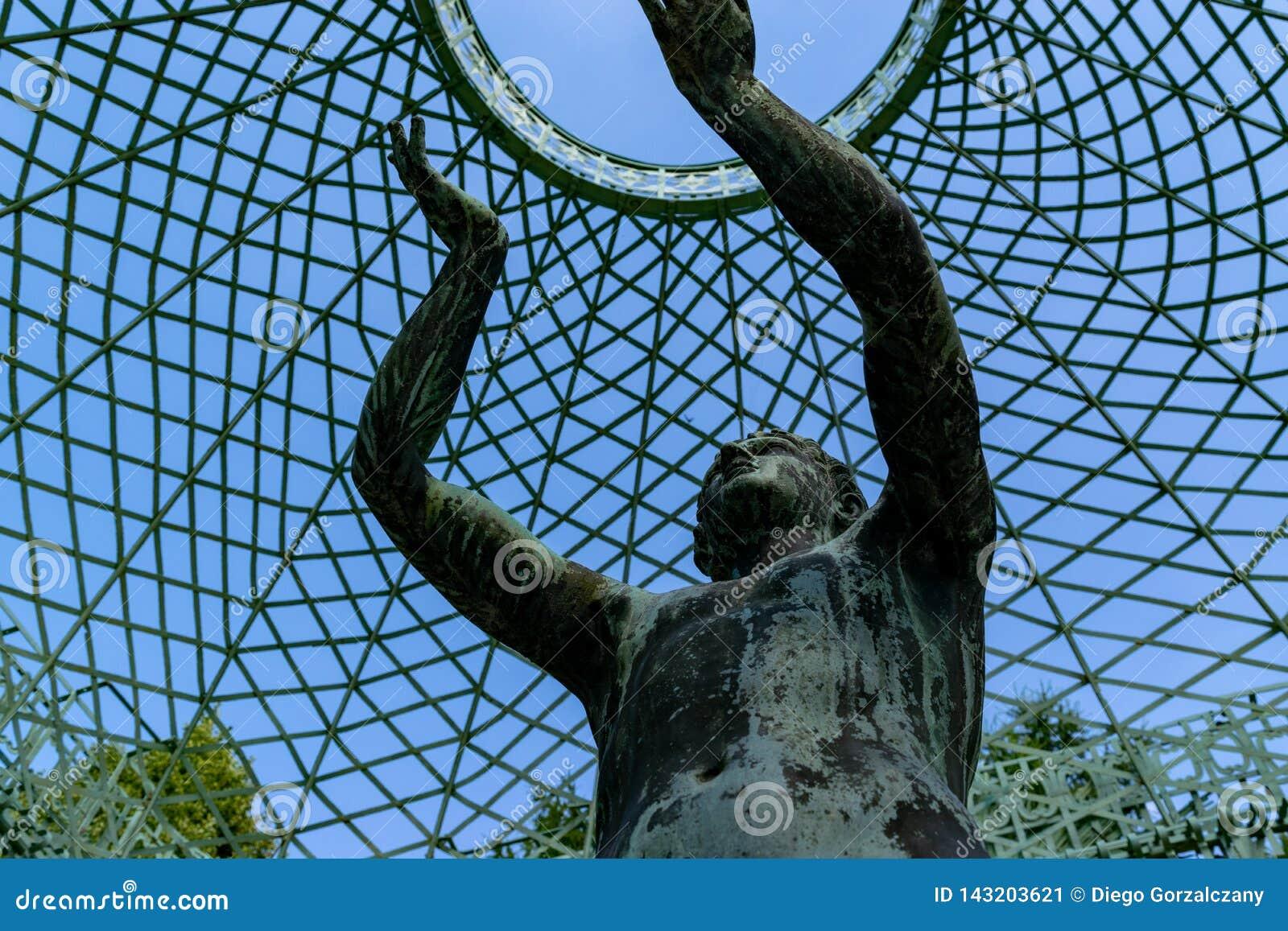 Estatua en la p?rgola por el palacio de SansSouci, Potsdam, Alemania