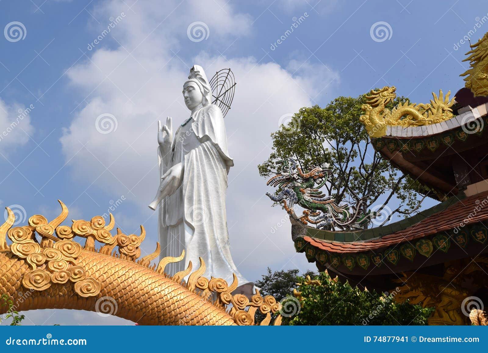 Estatua grande del Bodhisattva en el templo budista de Chau Thoi, Vietnam