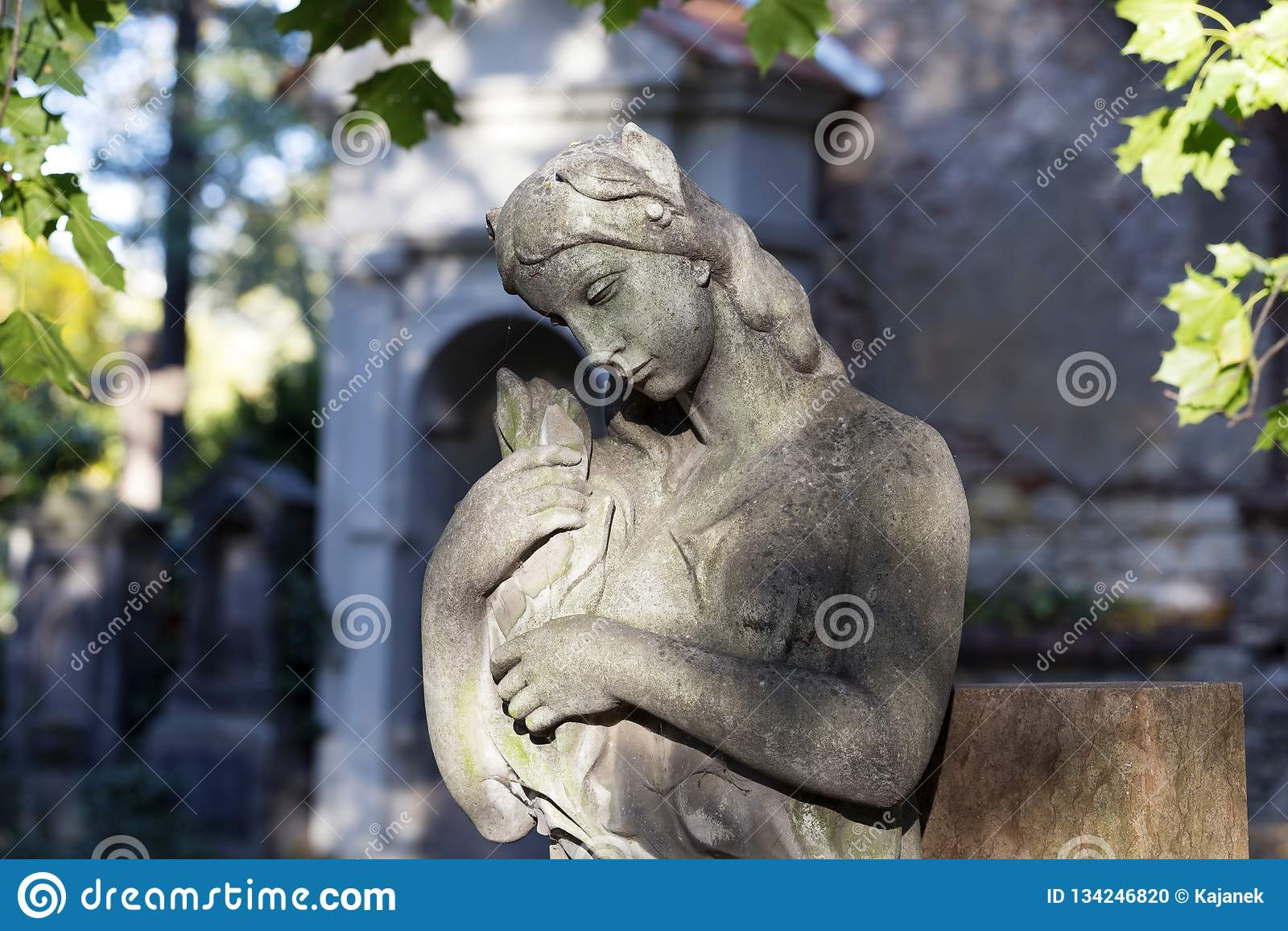 Estatua histórica en el cementerio viejo de Praga del misterio, República Checa
