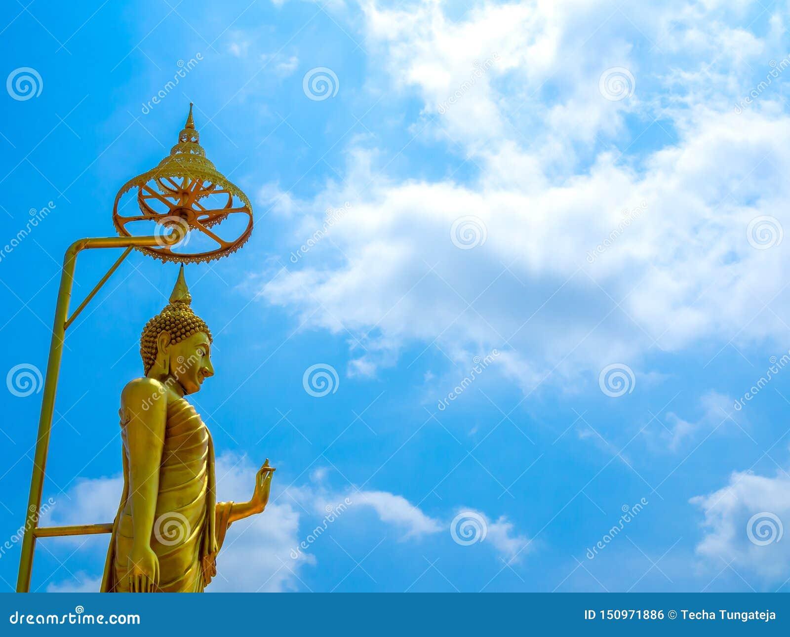 Estatua permanente de Buda contra el fondo del cielo azul
