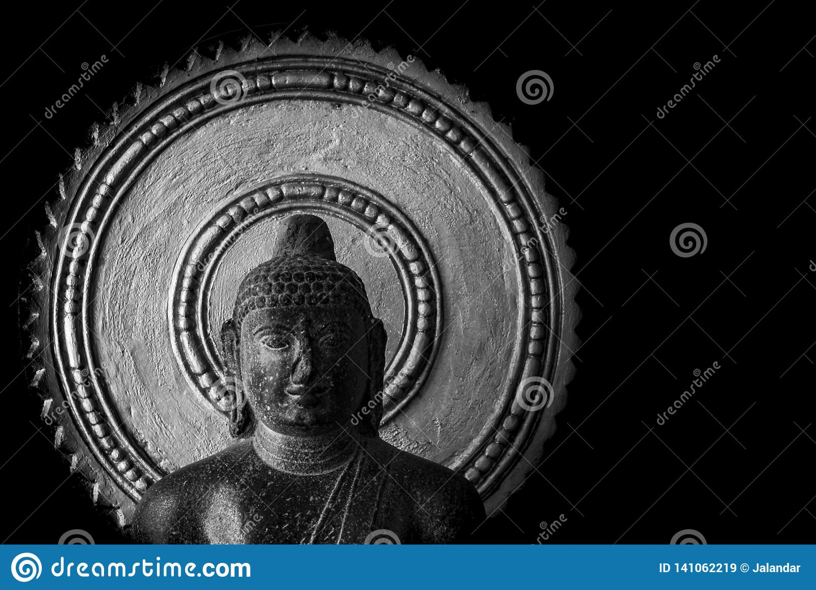 Estatua vieja de Buda tallada en la piedra - museo de Thanjavur