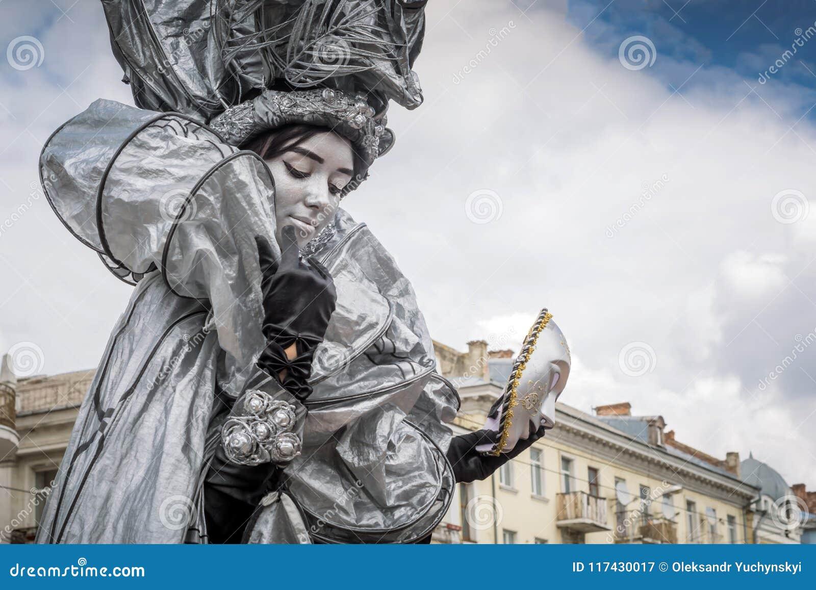 Estatua viva con una máscara a disposición en la celebración del día de Europa