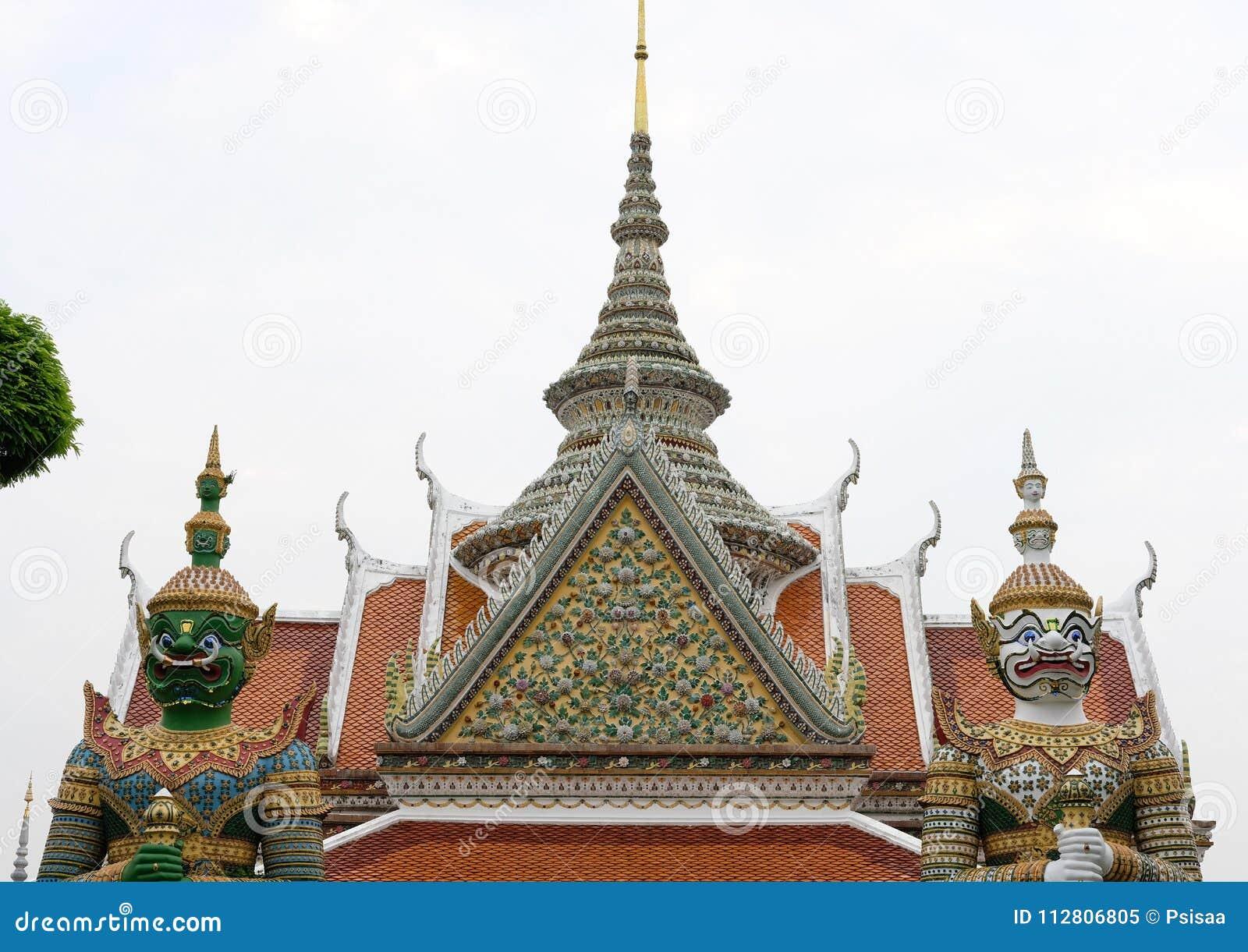 Estatua y escultura gigantes en el templo asiático encr budista del edificio