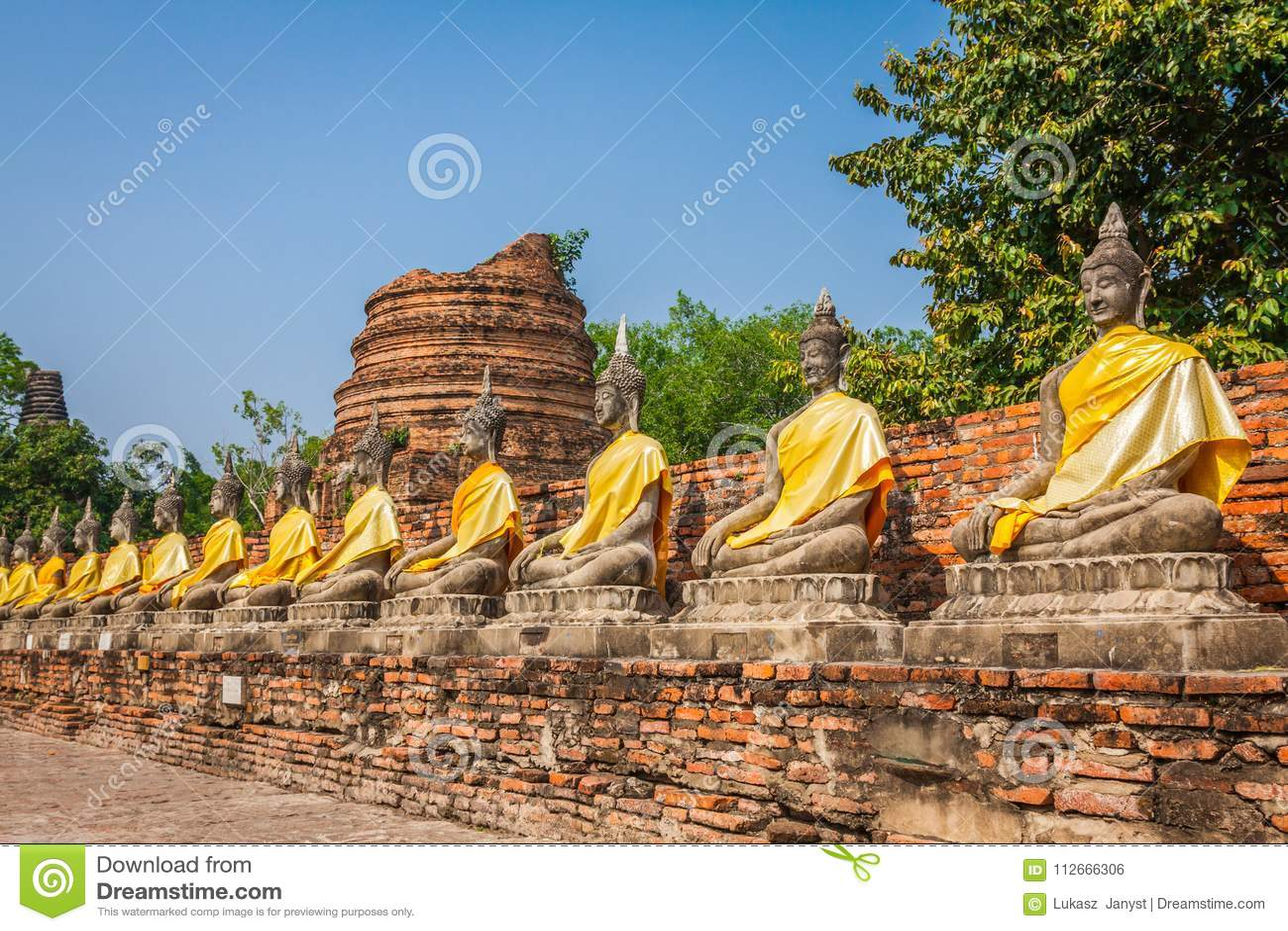 Estatuas alineadas de Buda Asia