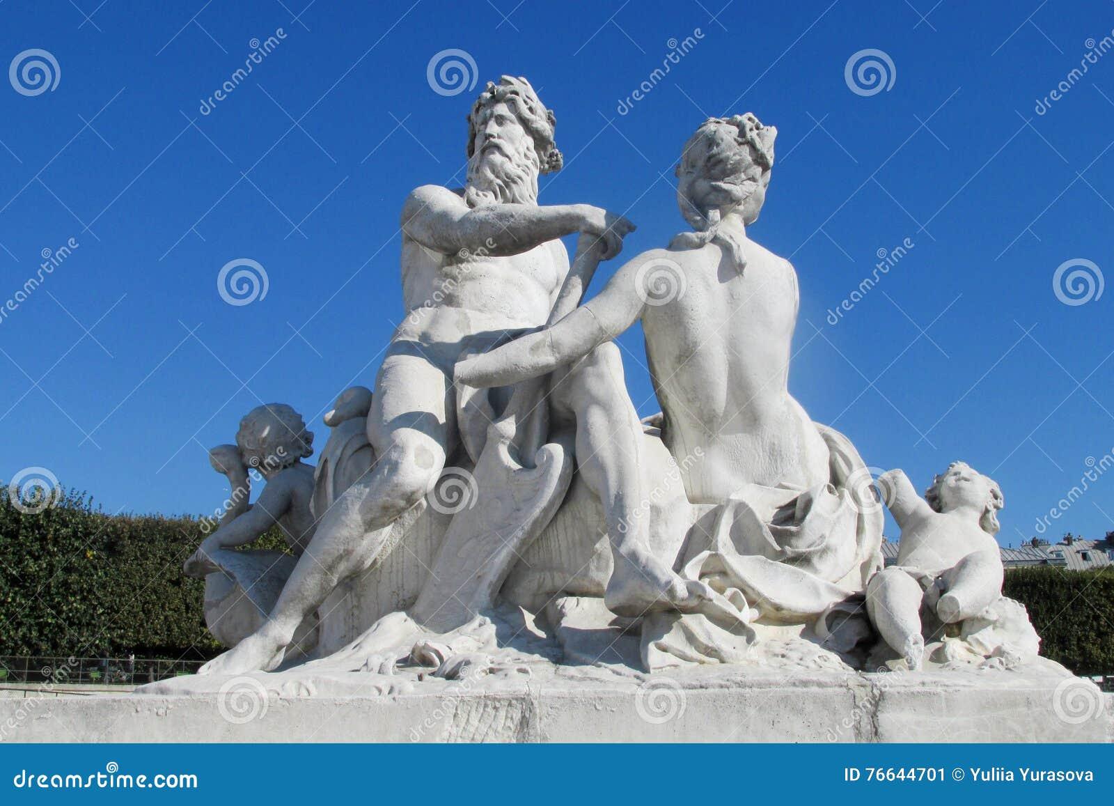 Estatuas antiguas del hombre y de la mujer
