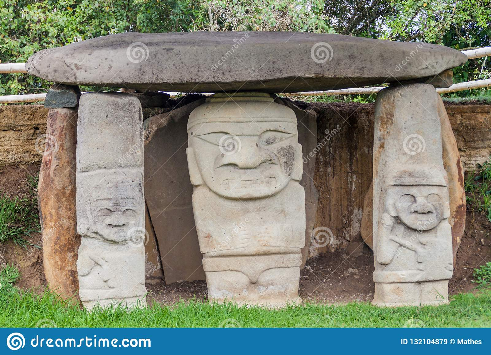 Estatuas antiguas en parque arqueológico en San Agustin