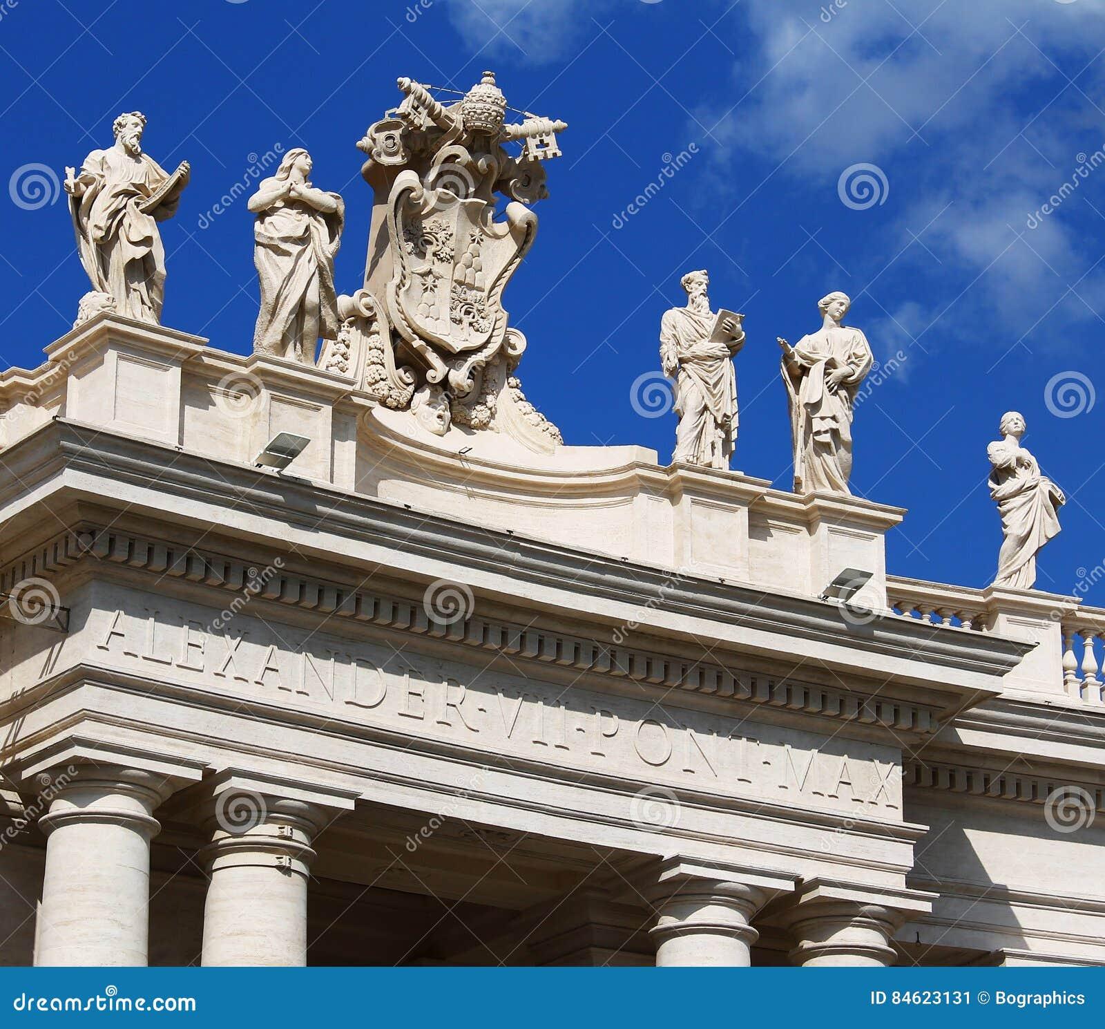 Estatuas blancas encima del edificio del Vaticano, cielo azul